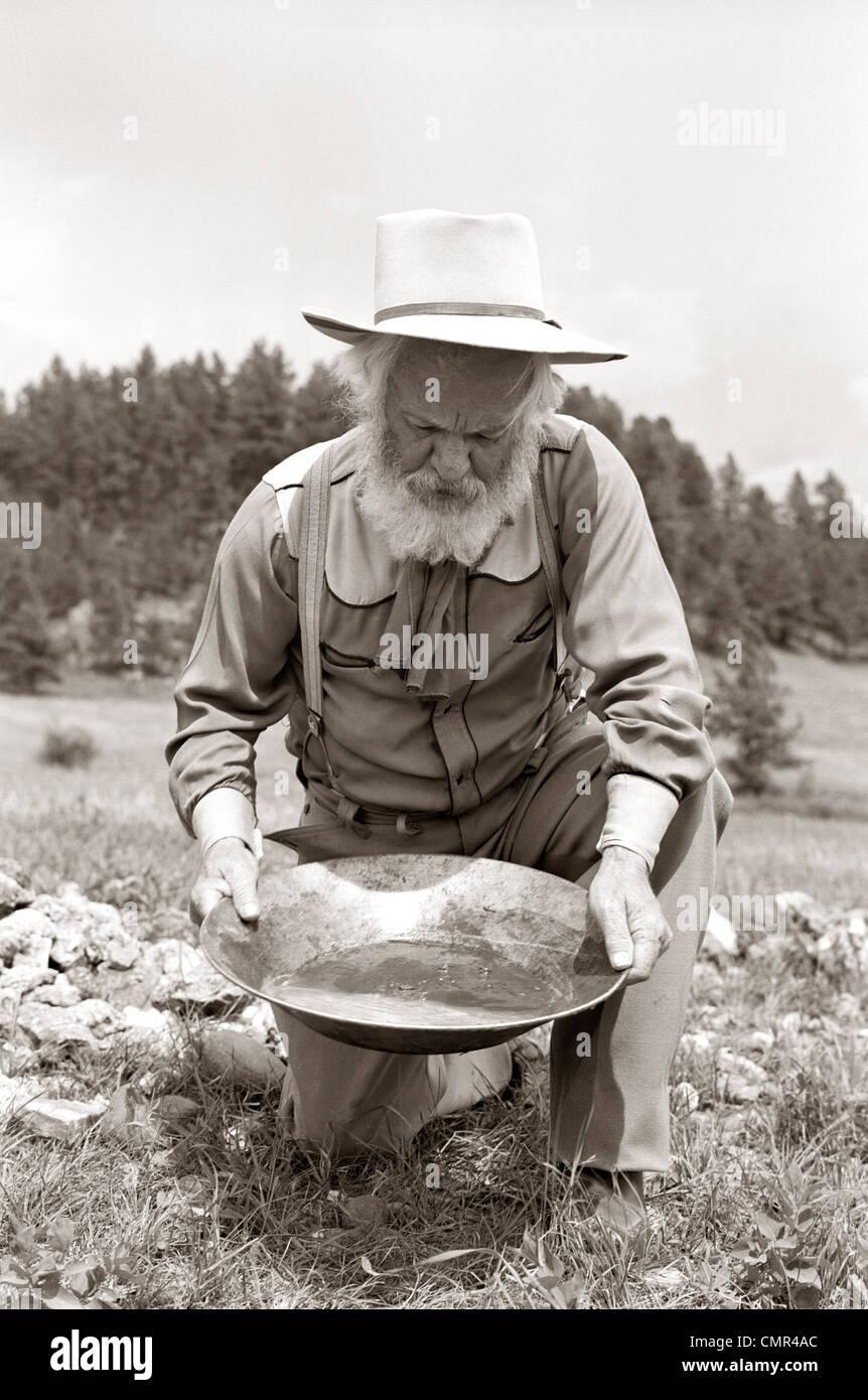 1950ER JAHREN MÄNNLICHE PROSPECTOR GOLDWASCHEN Stockfoto