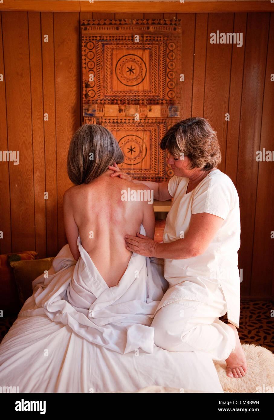 Reife Massage-Therapeut und Reife Client. Stockbild