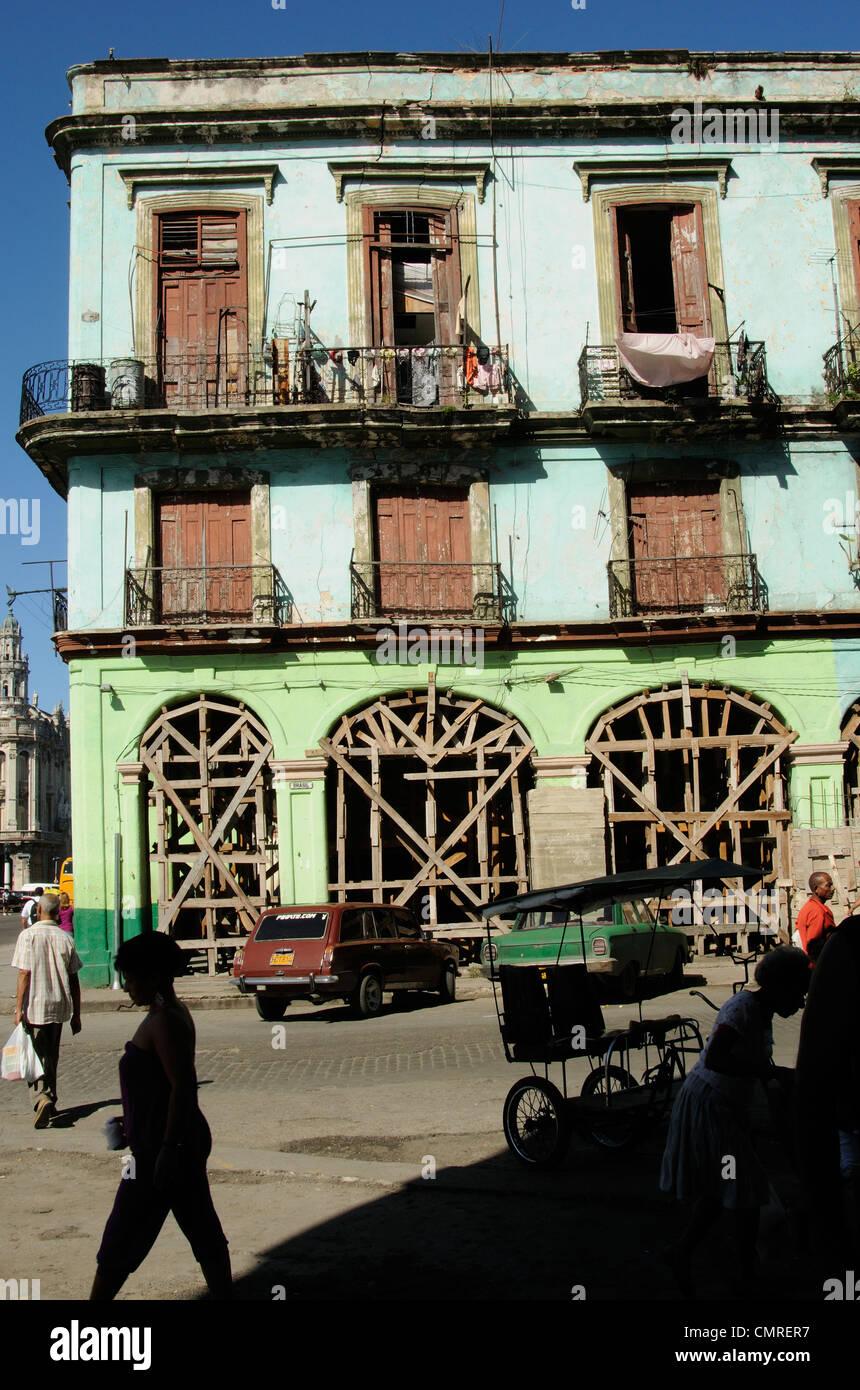 Alltag und alte neoklassische Architektur verfallenden in Havanna, Kuba Stockbild