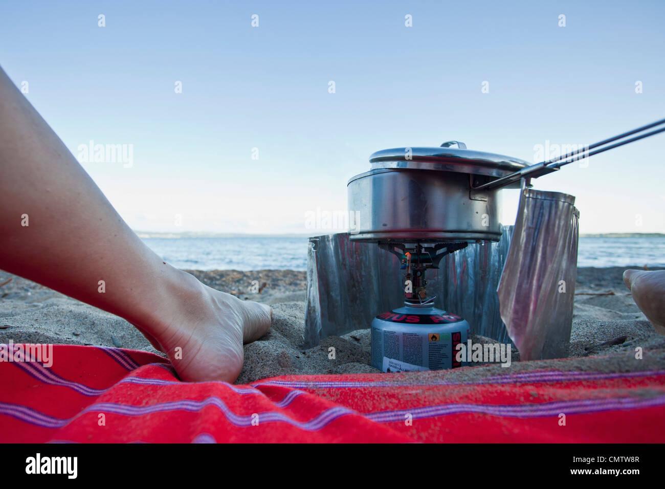 Kochen von Essen am Strand Stockbild