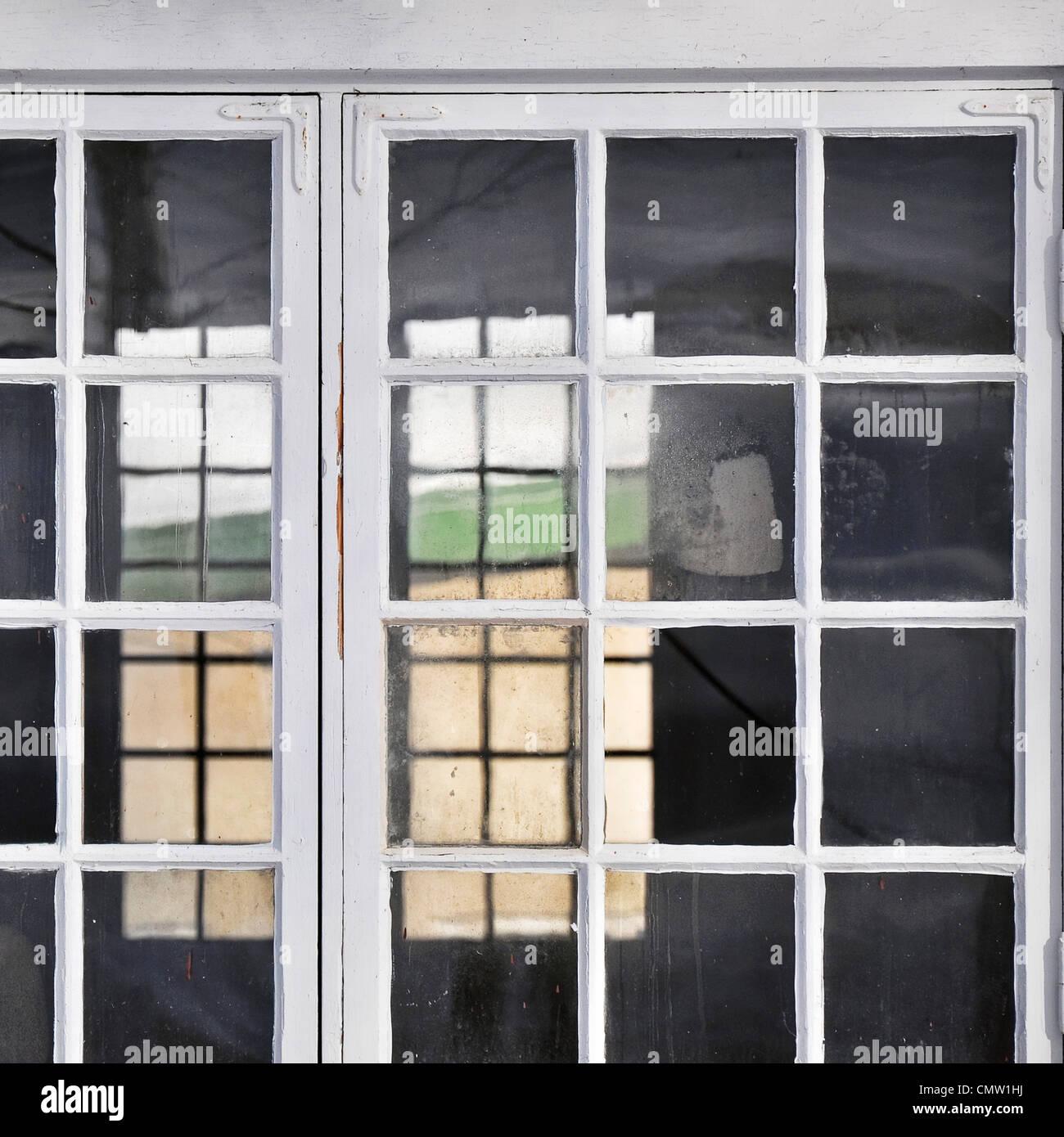 Blick auf transparente Fensterrahmen Stockbild