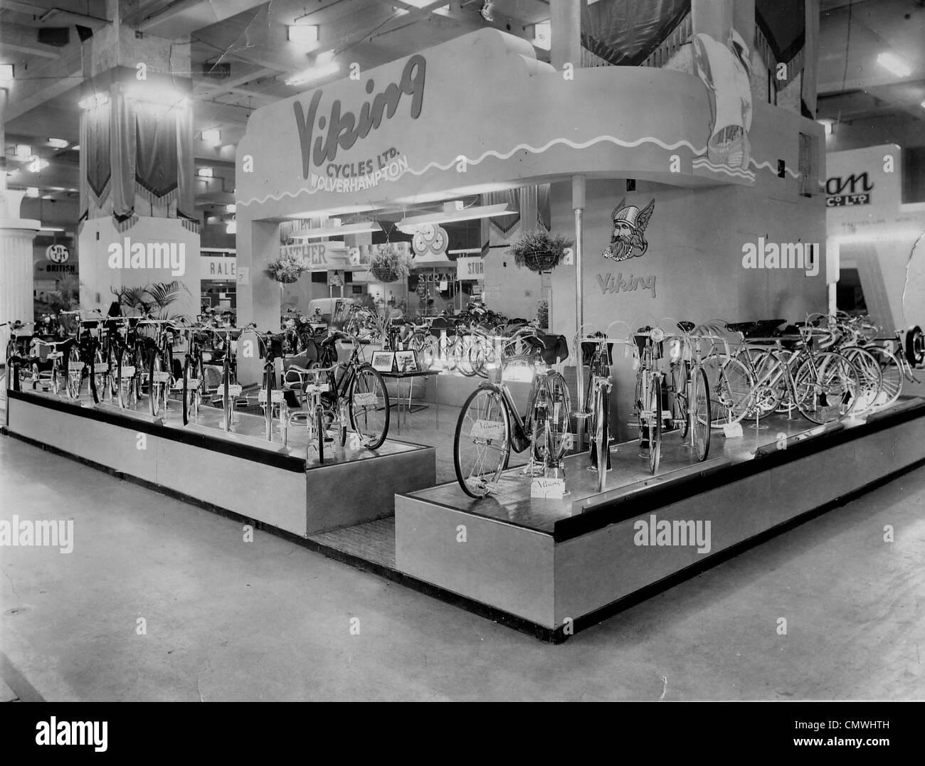 Ausstellung, Viking Cycles Ltd, London, ca. 1950er-Jahre. Ein Display-Ständer von Viking Fahrrädern auf Stockbild
