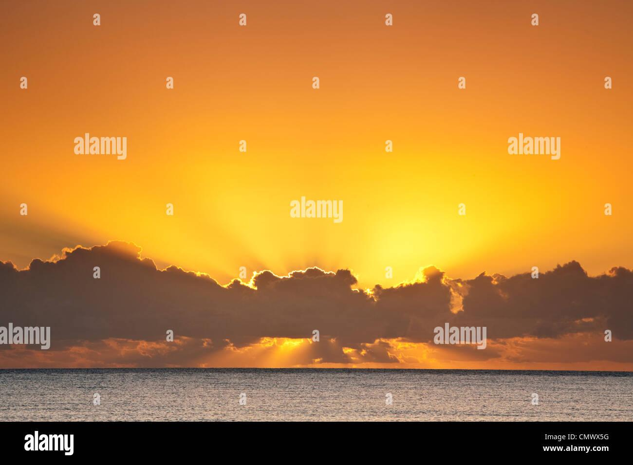 Sonnenaufgang über dem Korallenmeer. Kewarra Beach, Cairns, Queensland, Australien Stockbild