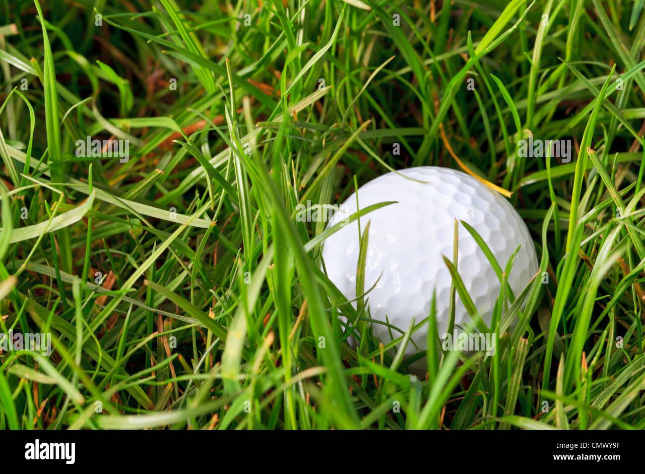 Foto eines Golfballs liegen in der rauen Wiese Stockbild