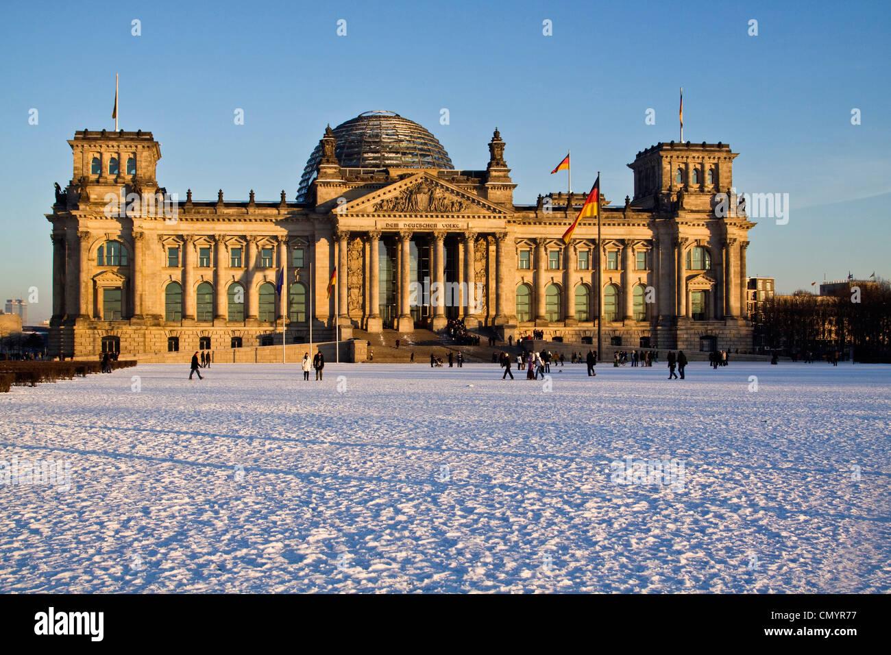 Reichstagsgebäude im Winter mit Schnee, im Freien, Berlin, Deutschland, Europa Stockfoto