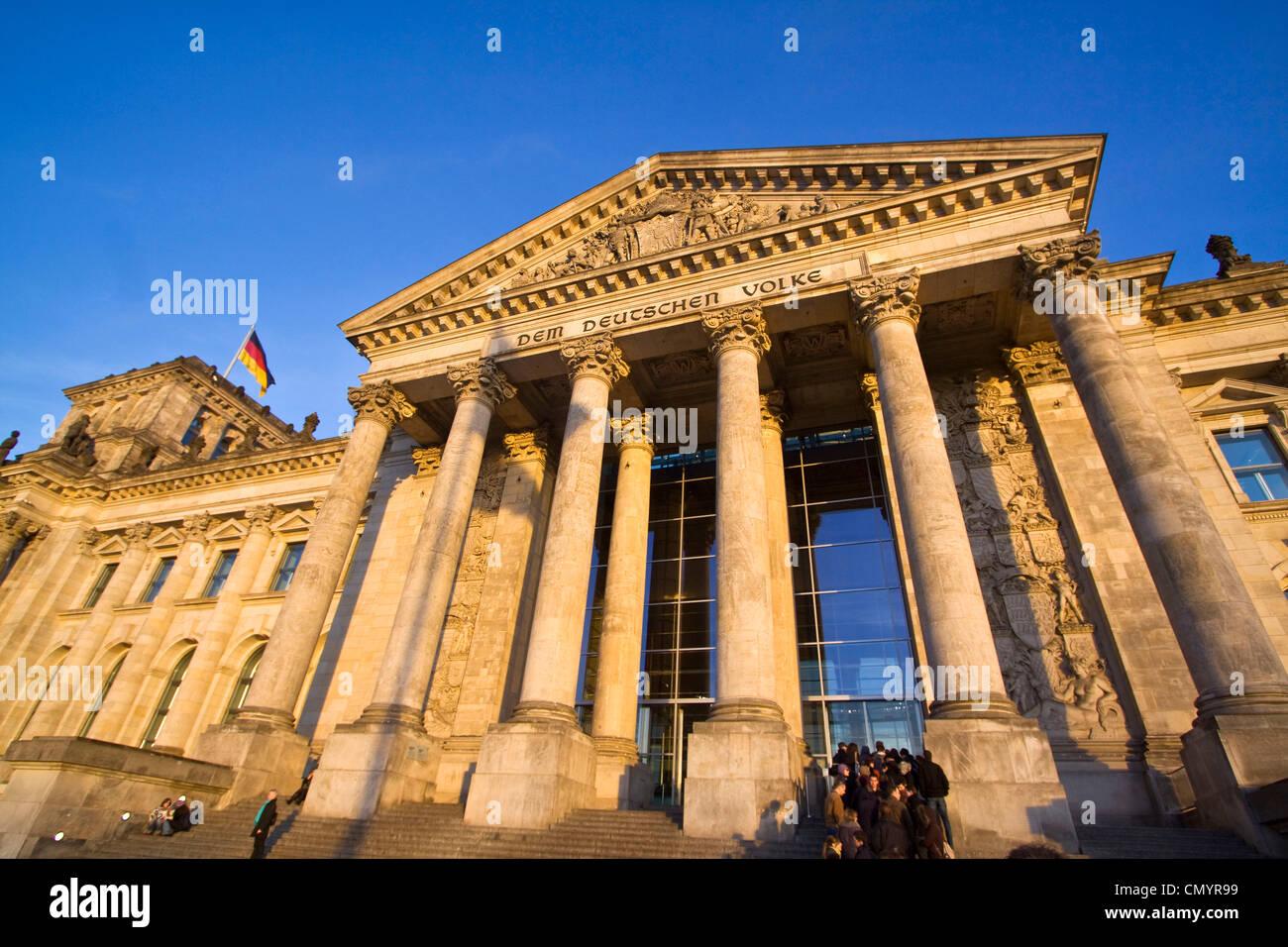 Reichstagsgebäude, Menschen Säulen am Eingang, Queeing, im Freien, Berlin Stockfoto