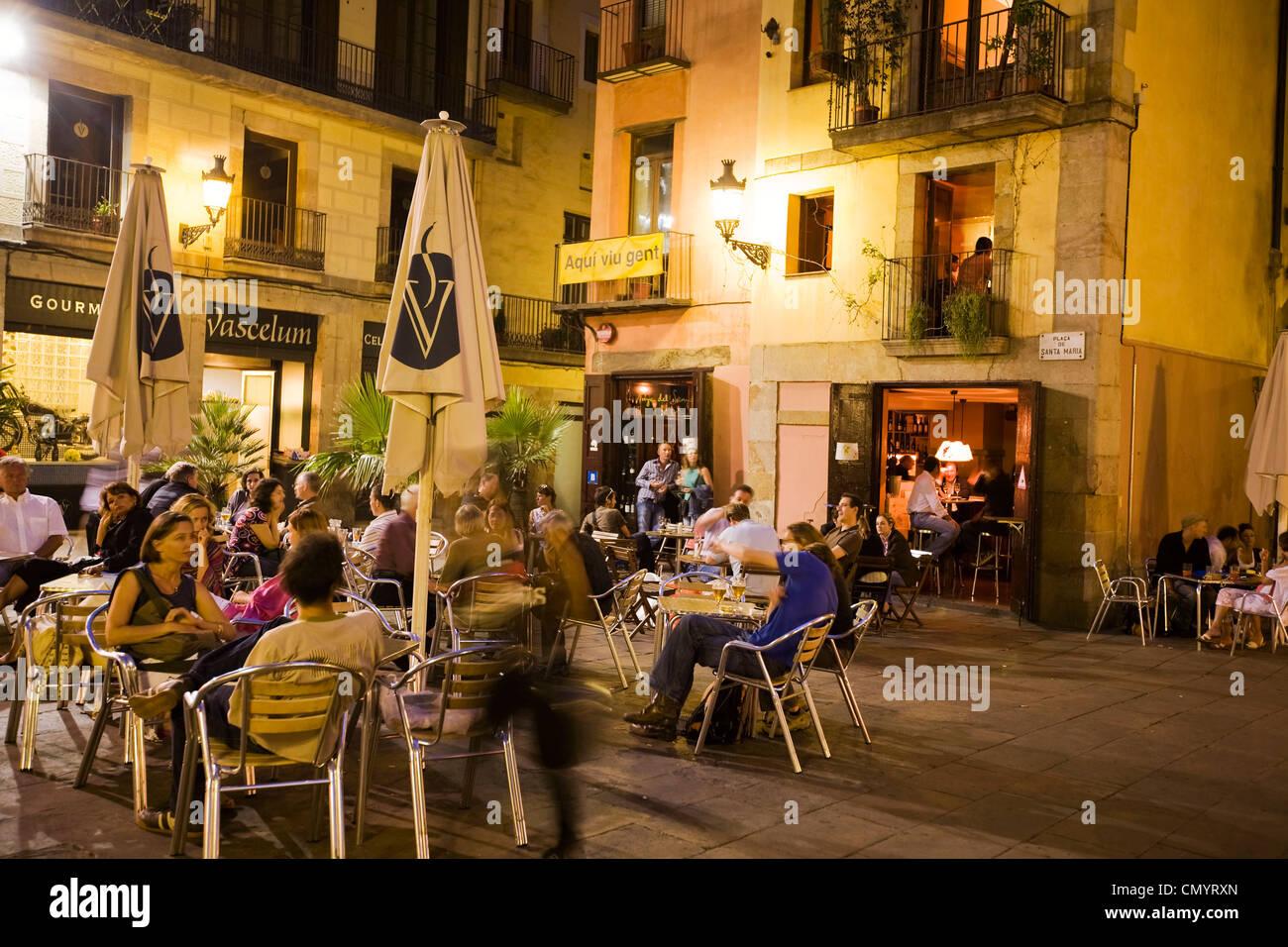 Plaza de Santa María, Straßencafés am Abend, La Ribera, Barcelona Stockbild