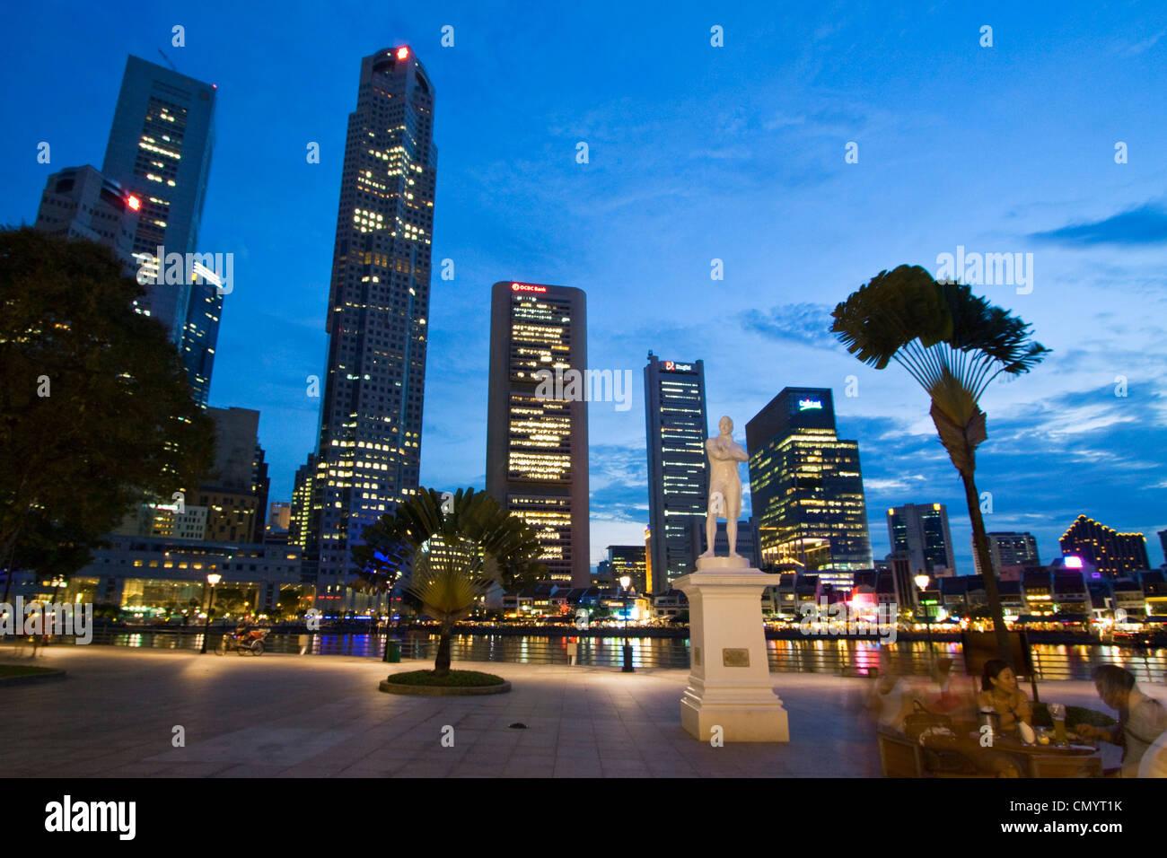 Skyline von Singapur, Raffles Statue, Süd-Ost-Asien, twilight Stockbild