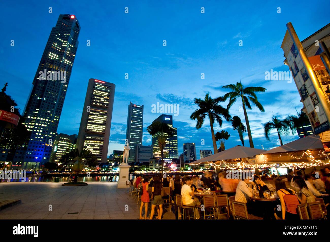 Skyline von Singapur, Raffles Statue, Straßencafé, Südost-Asien, twilight Stockfoto