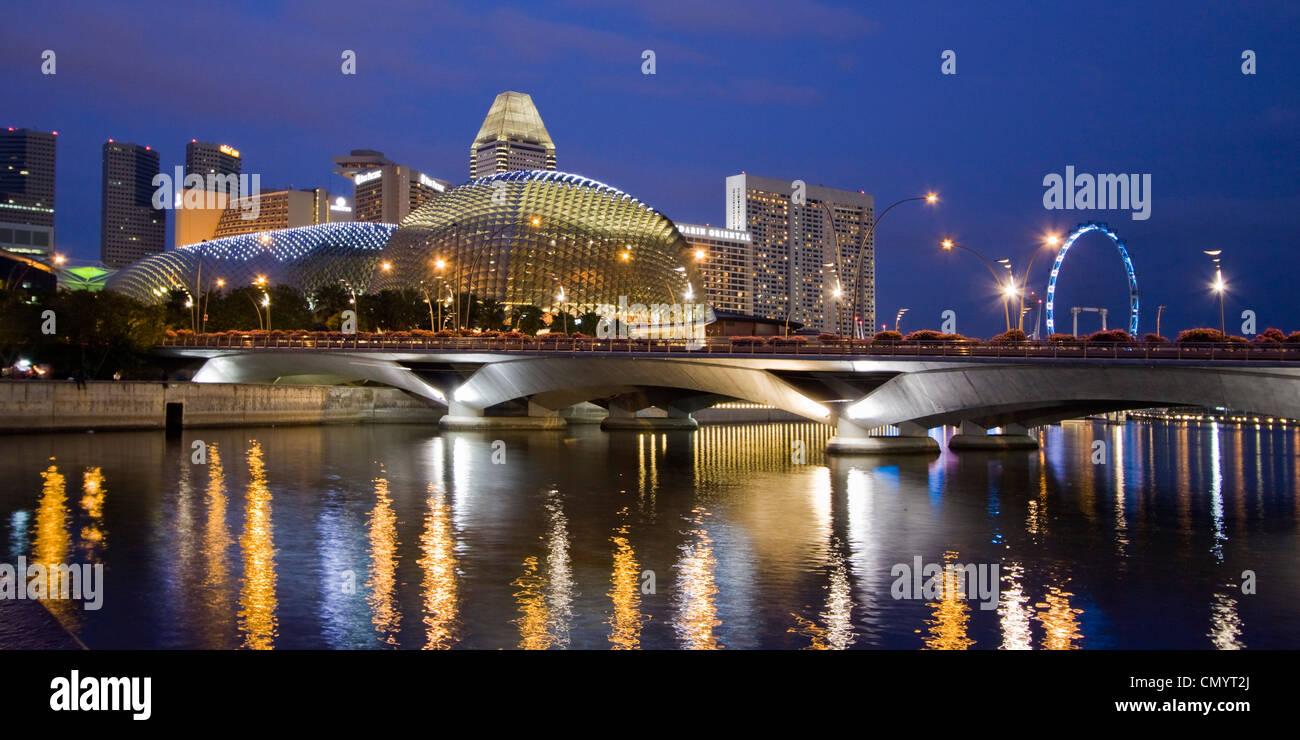 Skyline von Singapur, Esplanade, Marina Square, Riesenrad in der Dämmerung, Südost-Asien, Dämmerung Stockbild