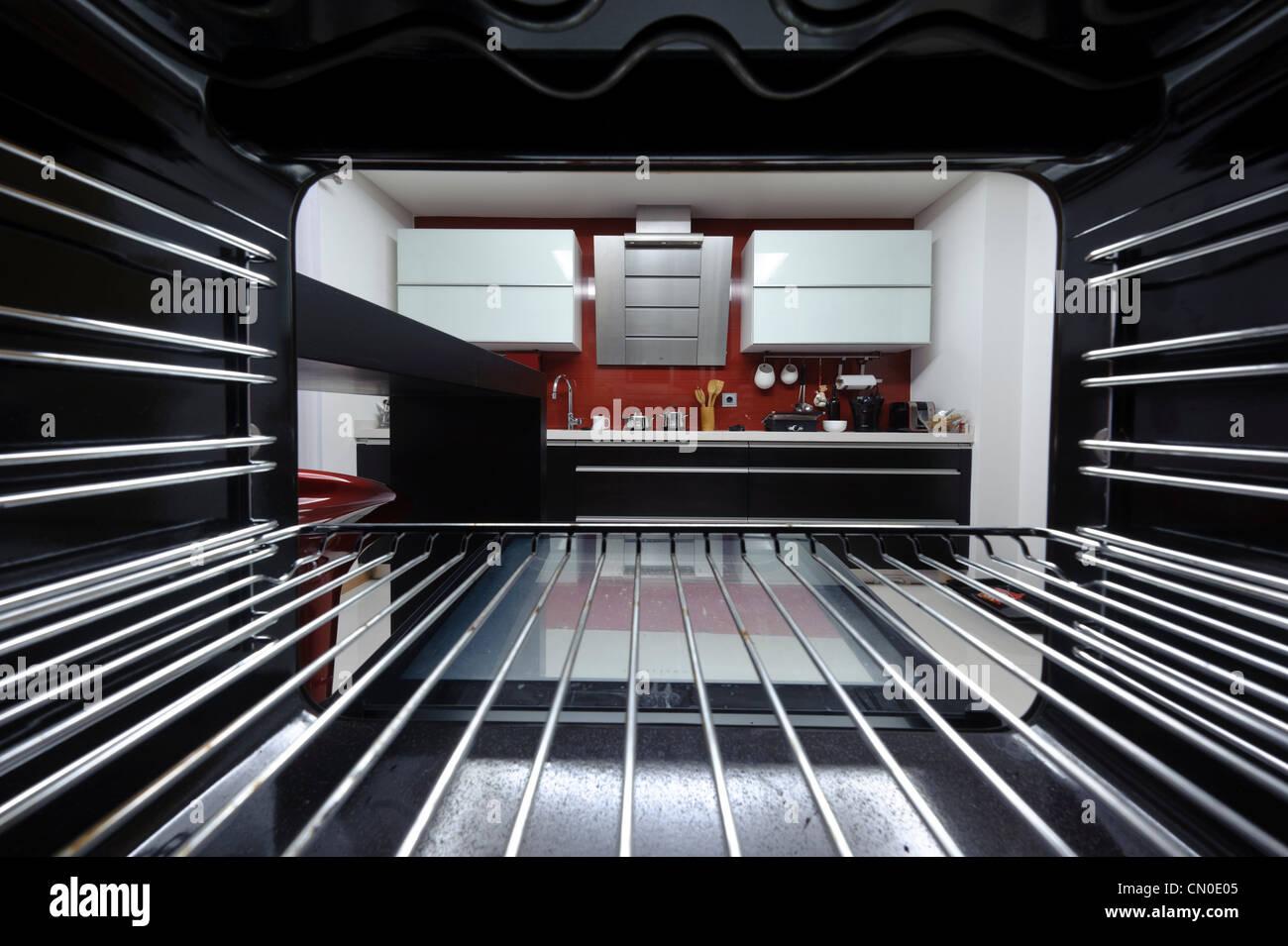 Moderne Küche im Inneren des Ofens aus betrachtet Stockbild