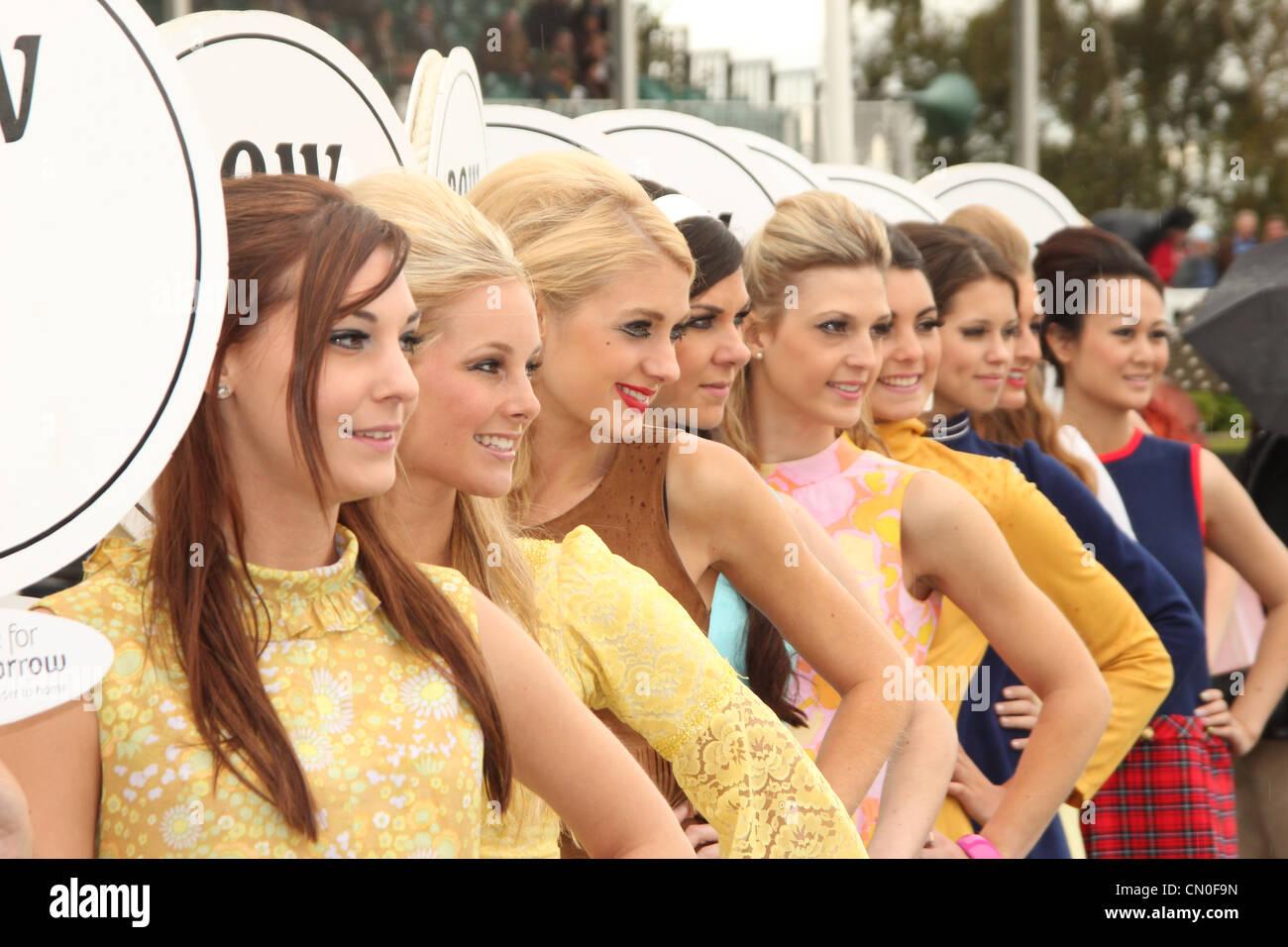 Goodwood Revival 2012 Motor Mädchen stehen in Formation vor das Rennen Auto Line-up. Stockbild