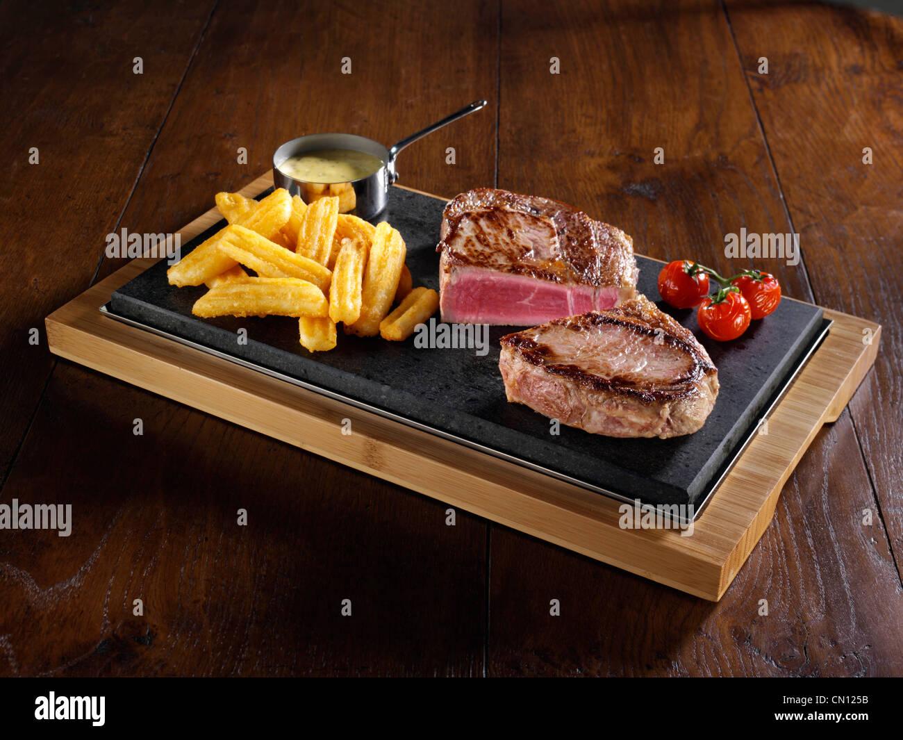 Rib-Eye Steak und Pommes frites Stockbild