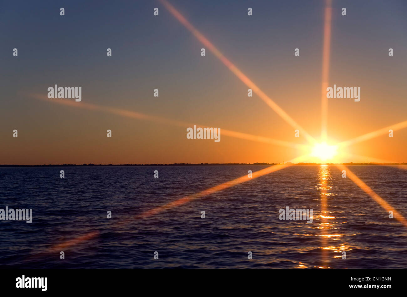 Sonnenuntergang Abfackeln in Abstand von See Erie, New York, USA Stockbild