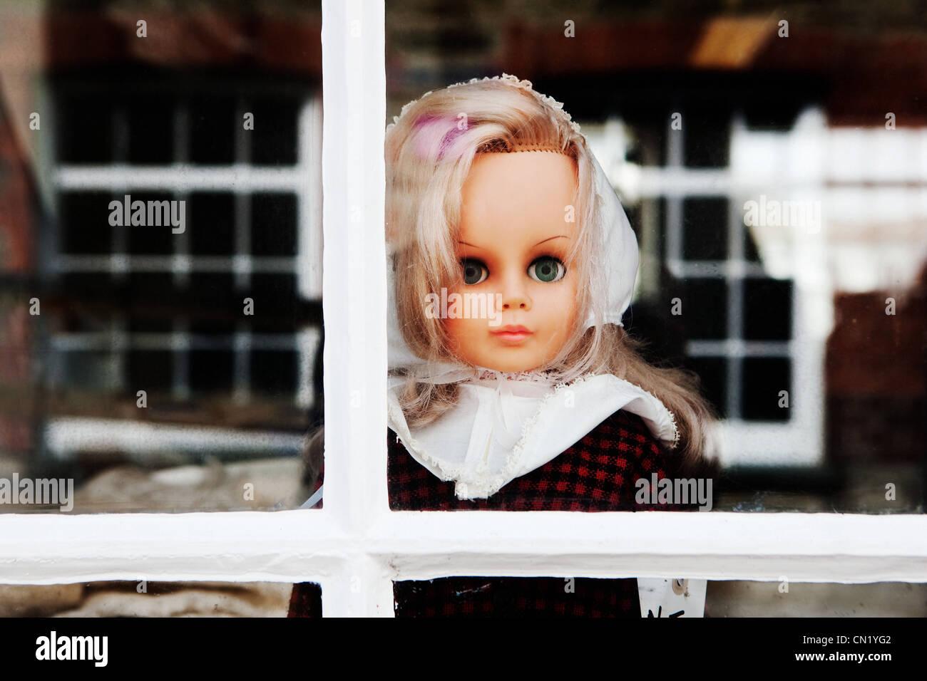 Puppe aus Fenster Stockbild