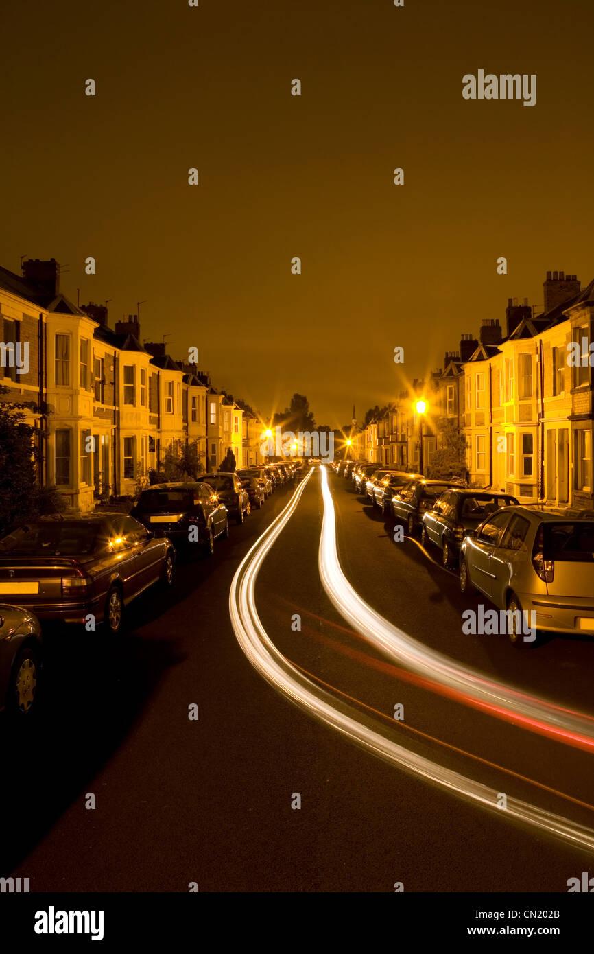 Wohnstraße mit Schlußlicht des Verkehrs in der Nacht Stockbild