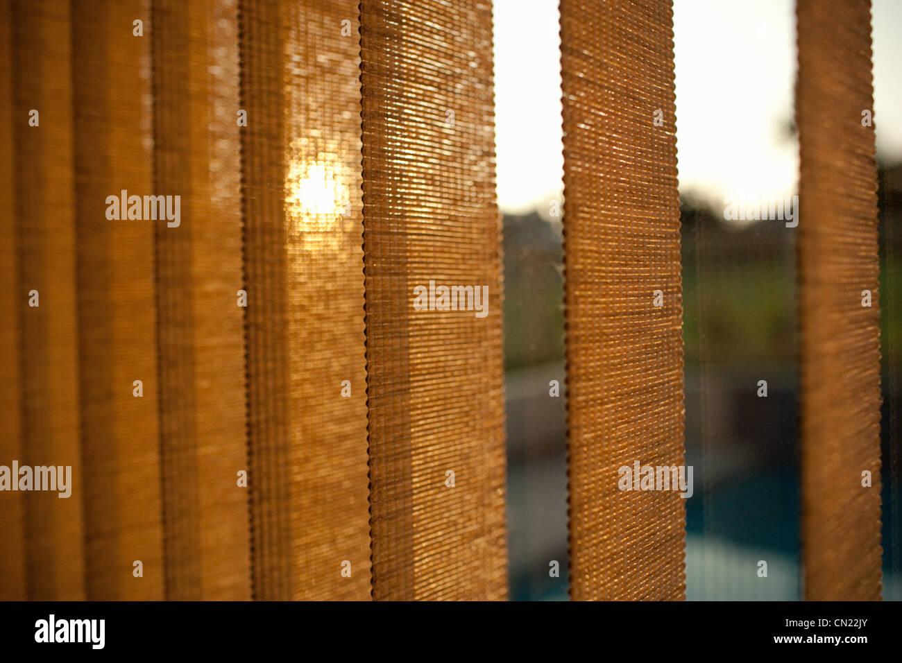Fenstervorhänge bei Sonnenuntergang Stockbild