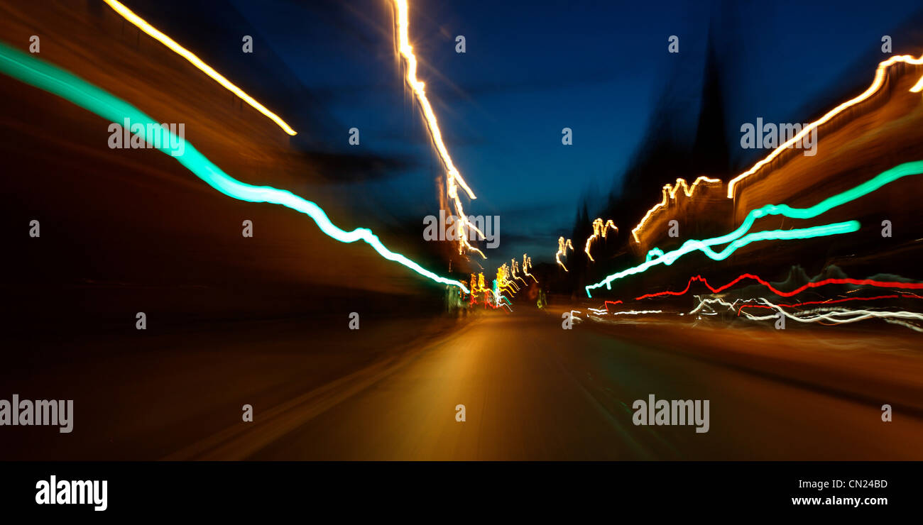 Rückleuchten in der Nacht in der Stadt Stockbild