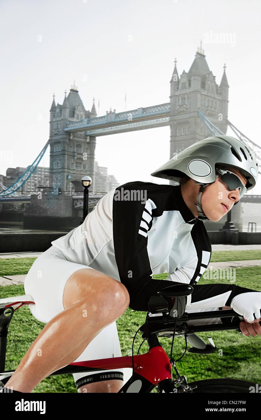 Radfahrer mit Tower Bridge im Hintergrund, London, England Stockbild