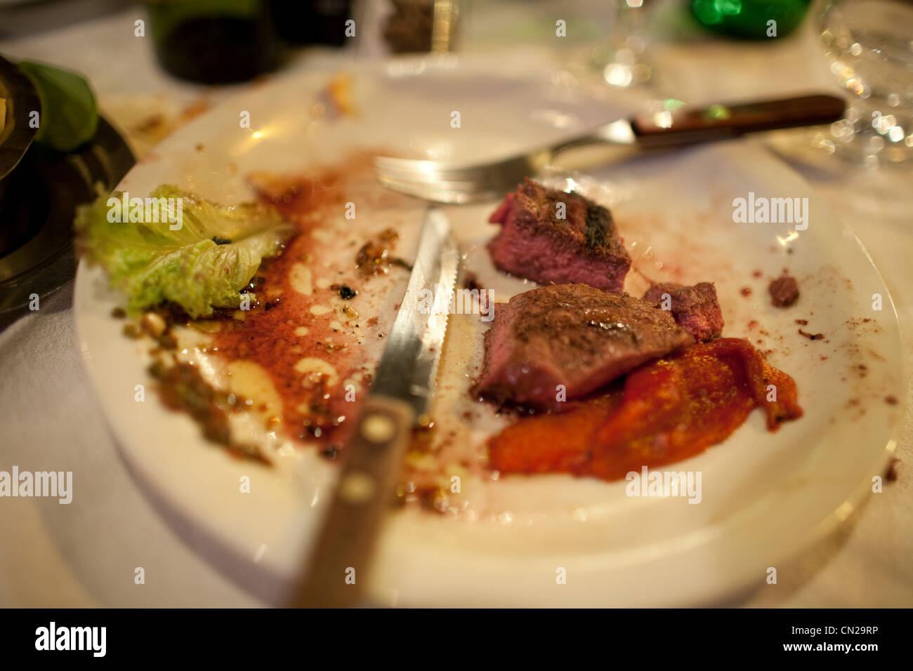 Halb gegessenen Speisen auf Teller Stockbild