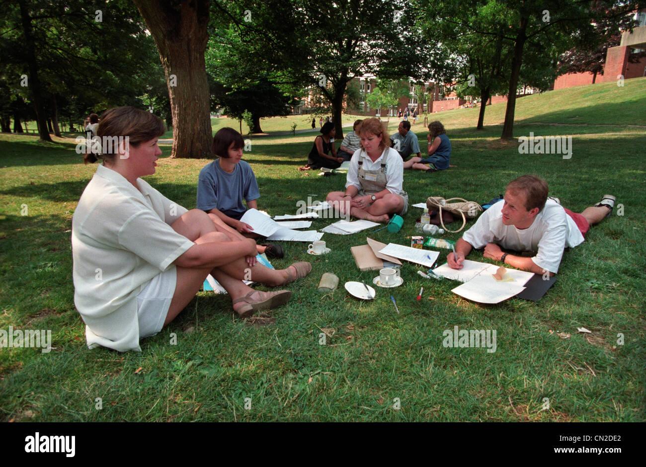 Studenten der Universität Sussex nehmen Sie Teil an einer Summer School auf dem Rasen des Campus der Universität Stockbild