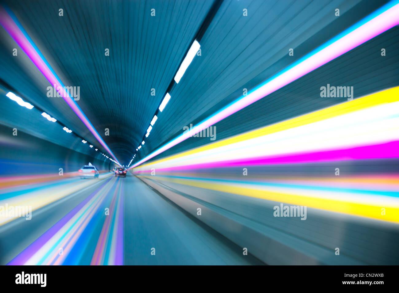 Abstrakte Geschwindigkeit Bewegung in Stadtautobahn Straßentunnel, Bewegungsunschärfe in Richtung des Stockbild