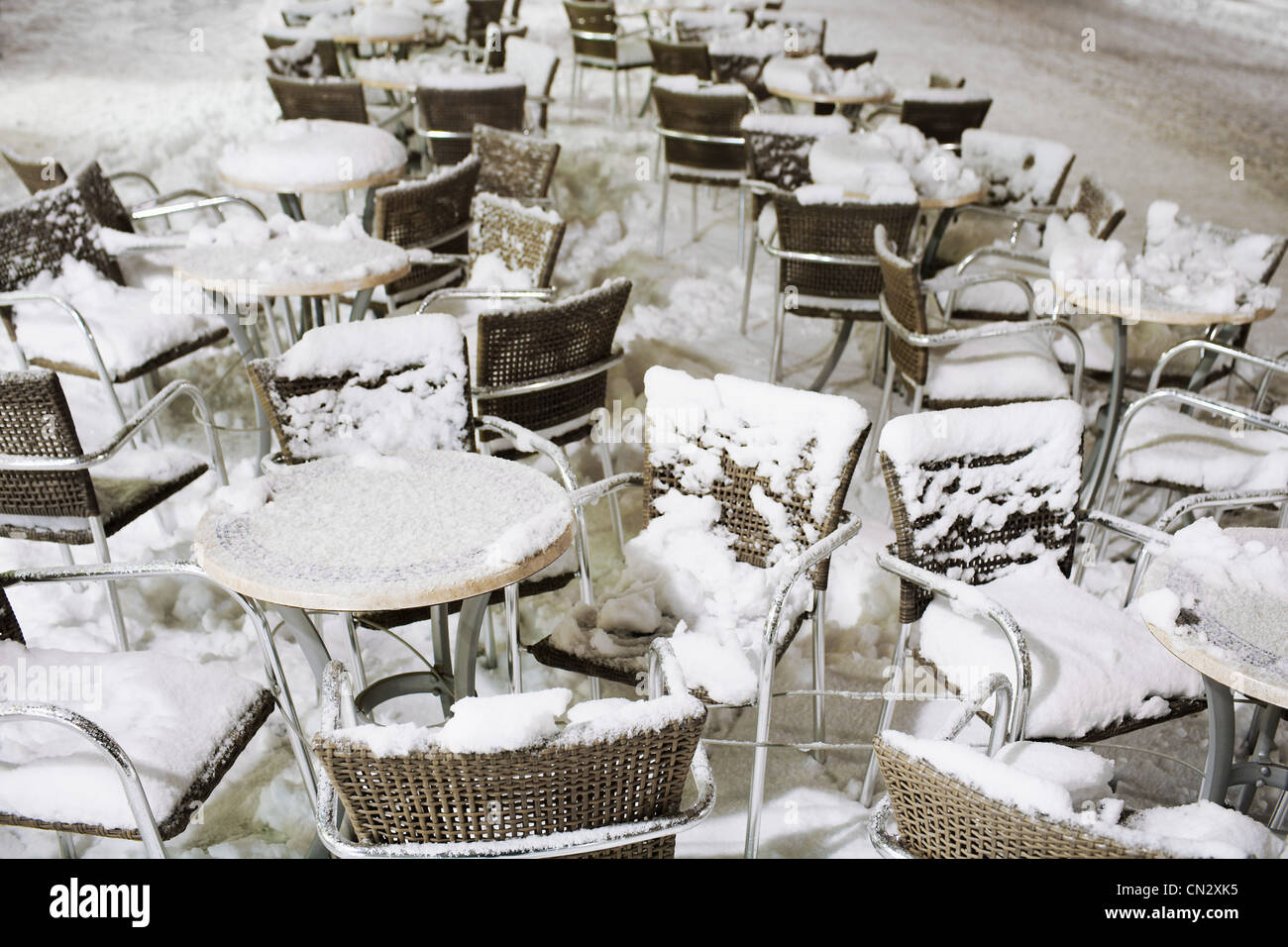 Cafe Möbel mit Schnee bedeckt Stockbild