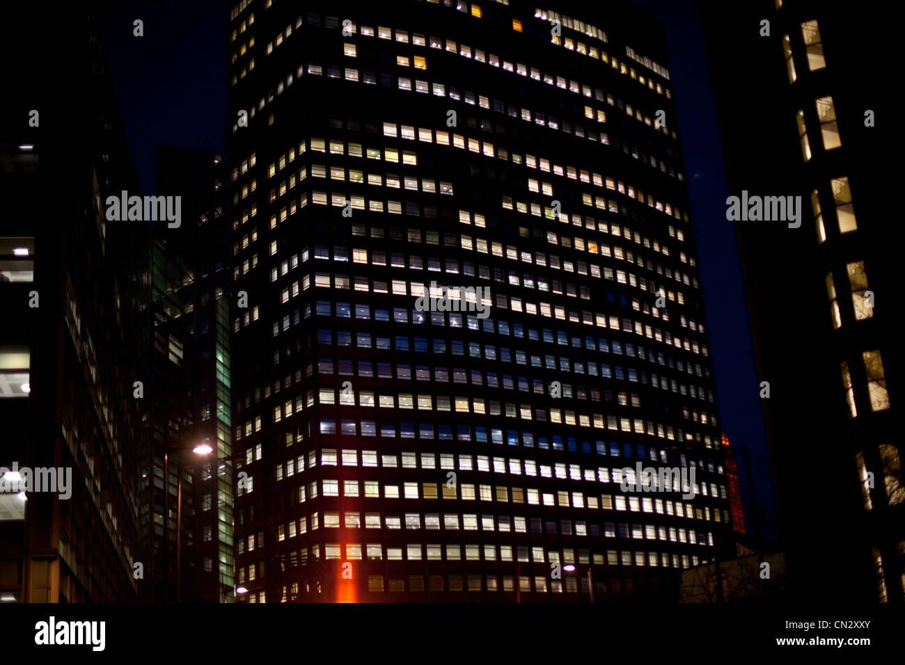 Wolkenkratzer in der Nacht, London, England Stockbild
