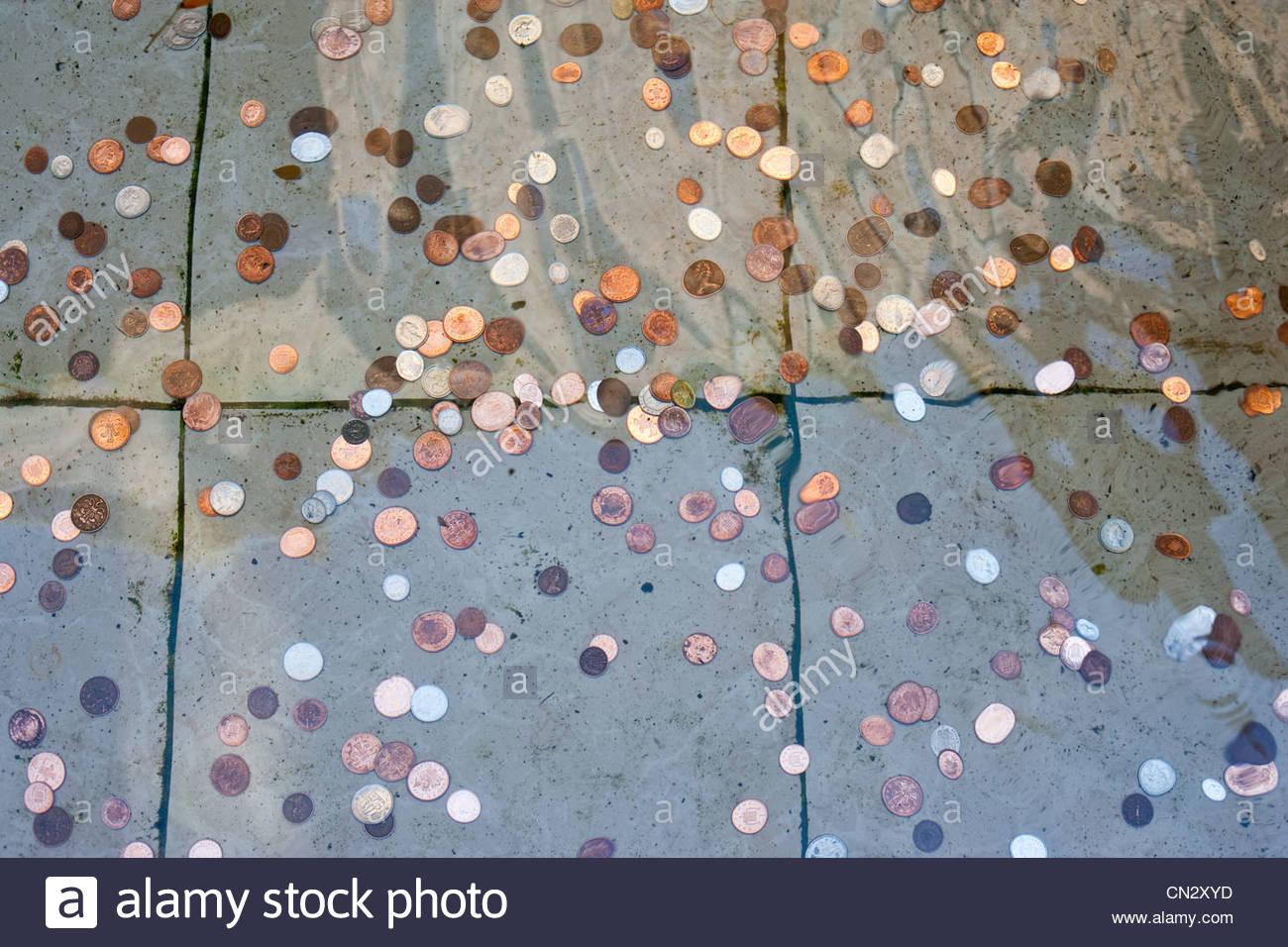 Münzen im Wasser Stockbild