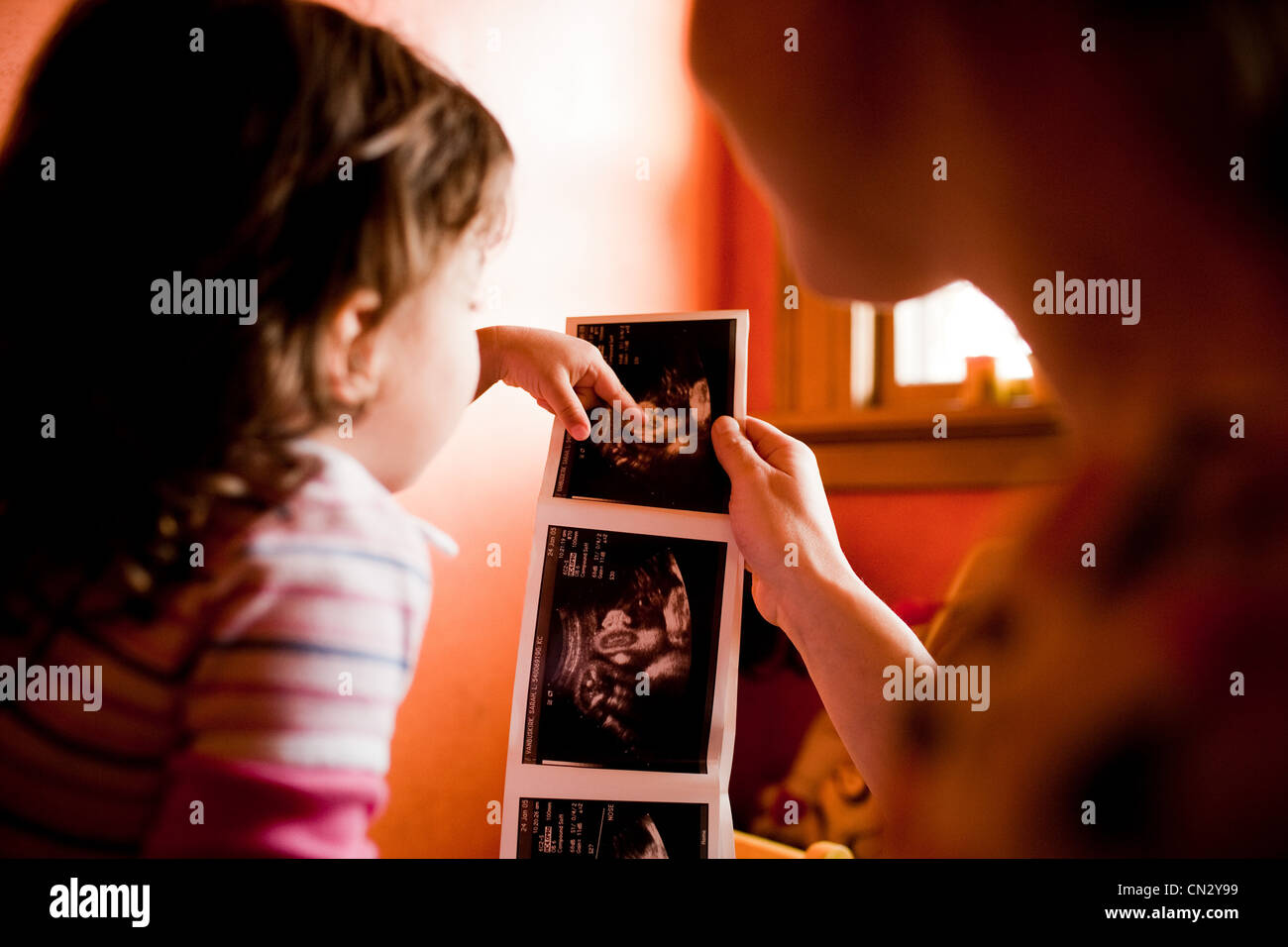 Mutter und Tochter Blick auf Baby-scan Stockbild