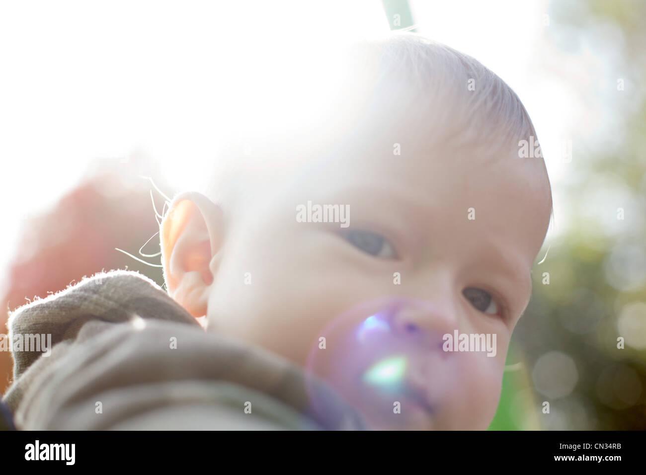 Baby Boy mit Blase Stockbild