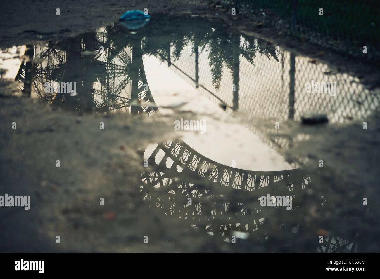 Eiffelturm, spiegelt sich in der Pfütze Stockbild