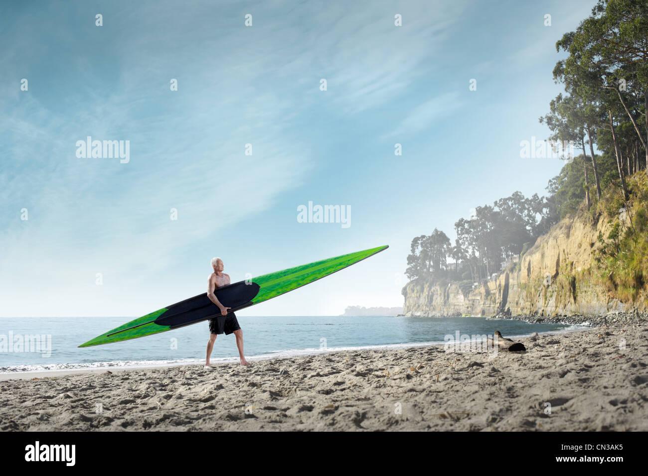 Surfer mit Surfbrett an Strand, Santa Cruz, Kalifornien, USA Stockbild