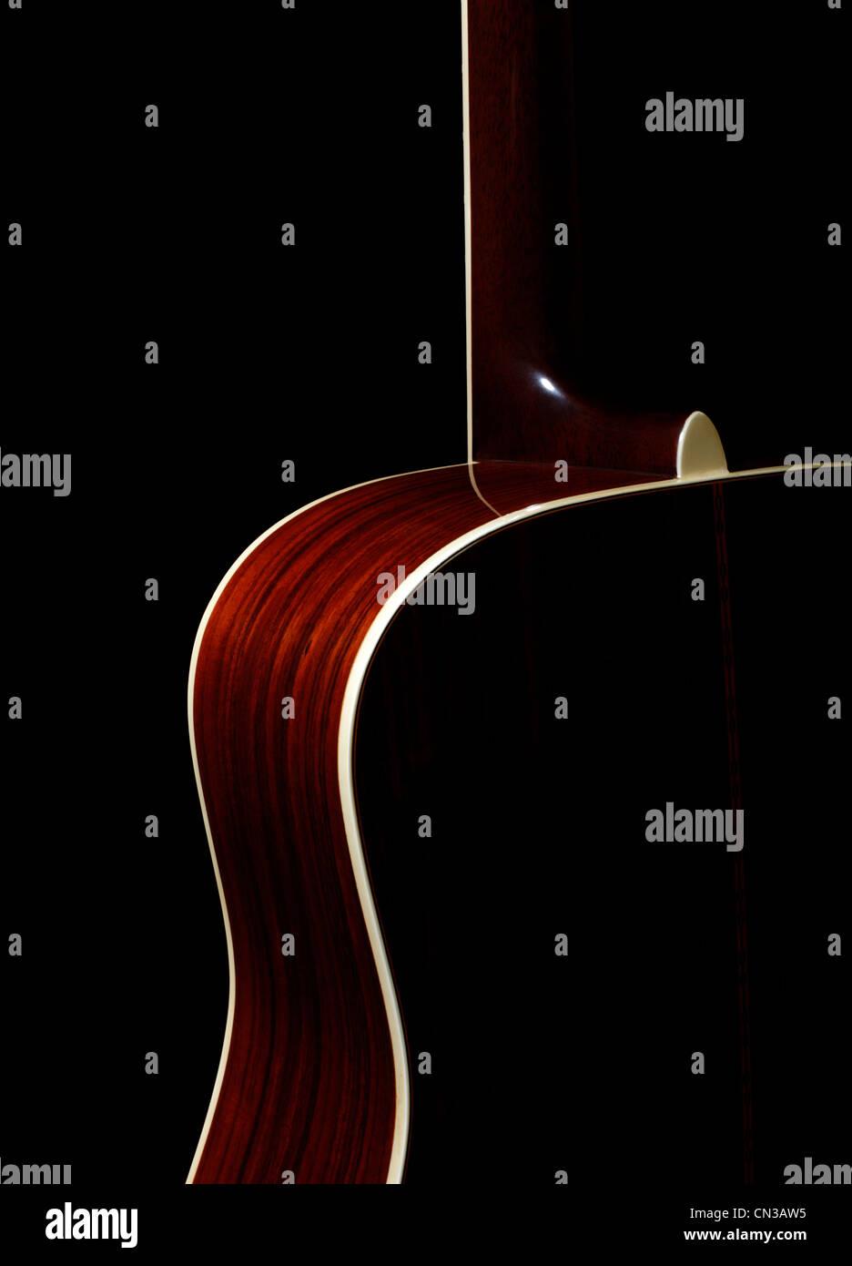 Akustische Gitarre auf schwarzem Hintergrund Stockbild