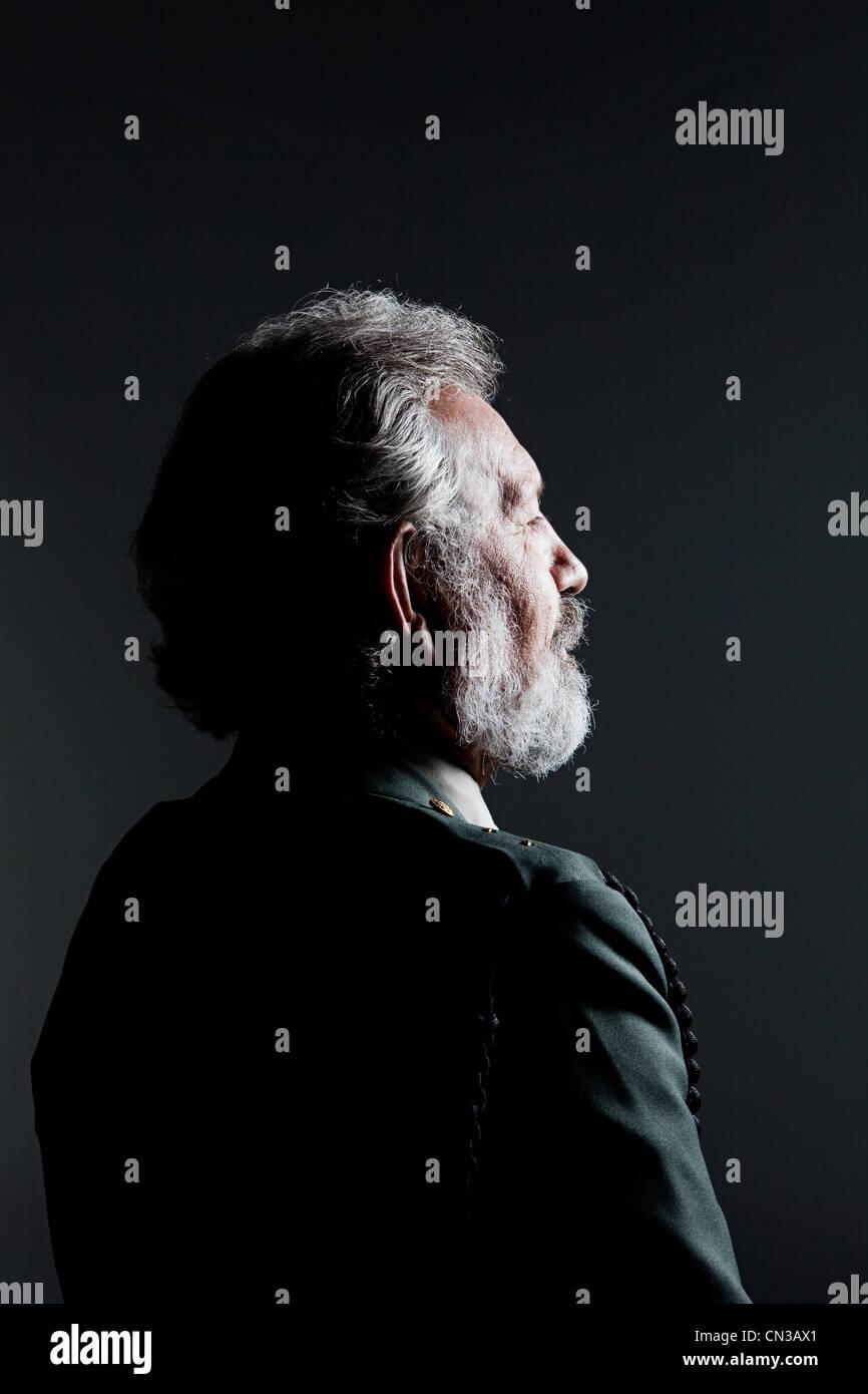 Ältere Menschen mit Augen geschlossen tragen Militäruniform Stockbild