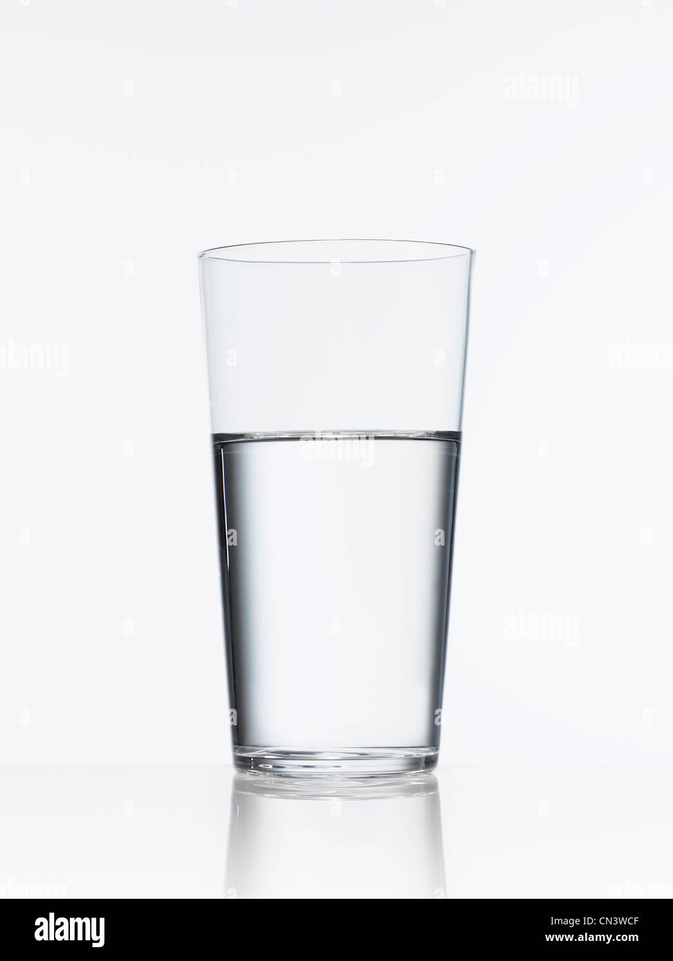 Studioaufnahme von Glas Wasser Stockbild