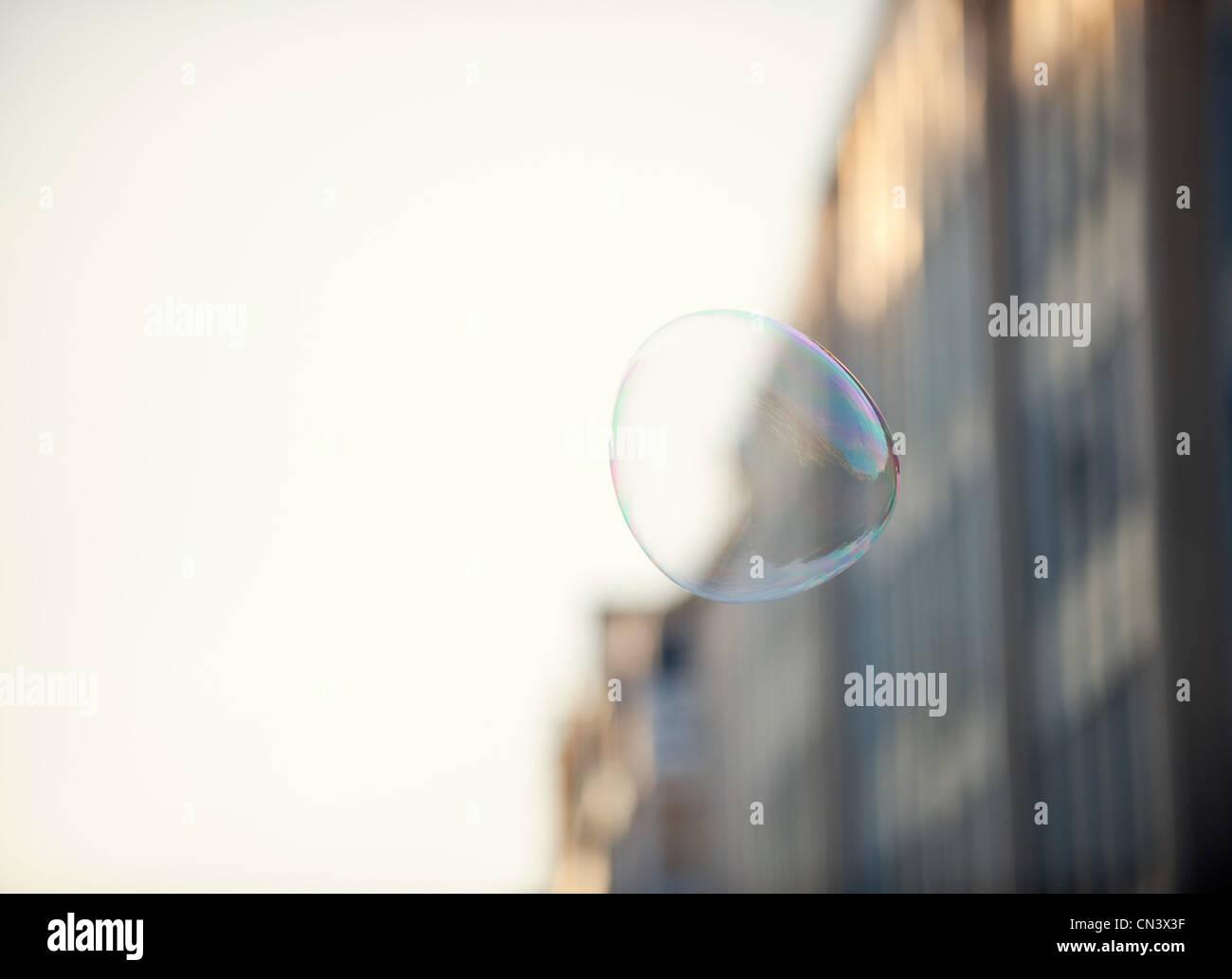 Eine Blase schwebend in einem städtischen Umfeld Stockbild