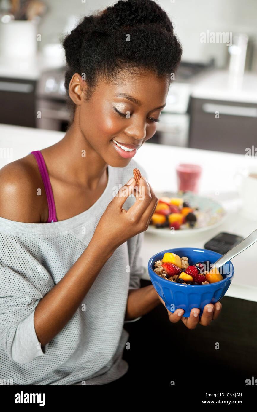 Junge Frau, die ein gesundes Frühstück Essen Stockfoto