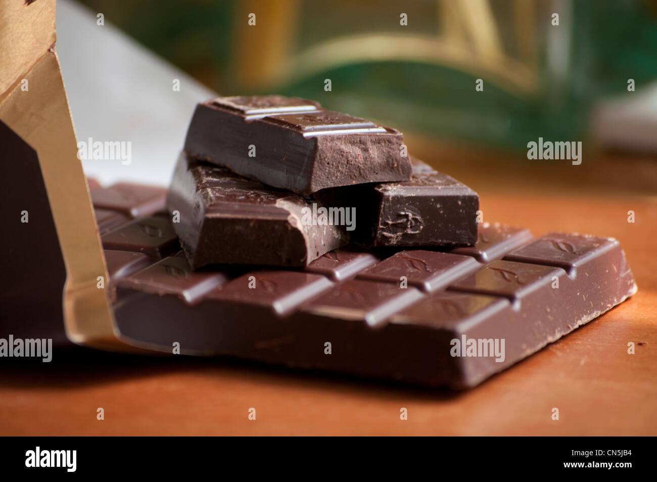 Dunkle Schokolade in Wrapper. Stockbild