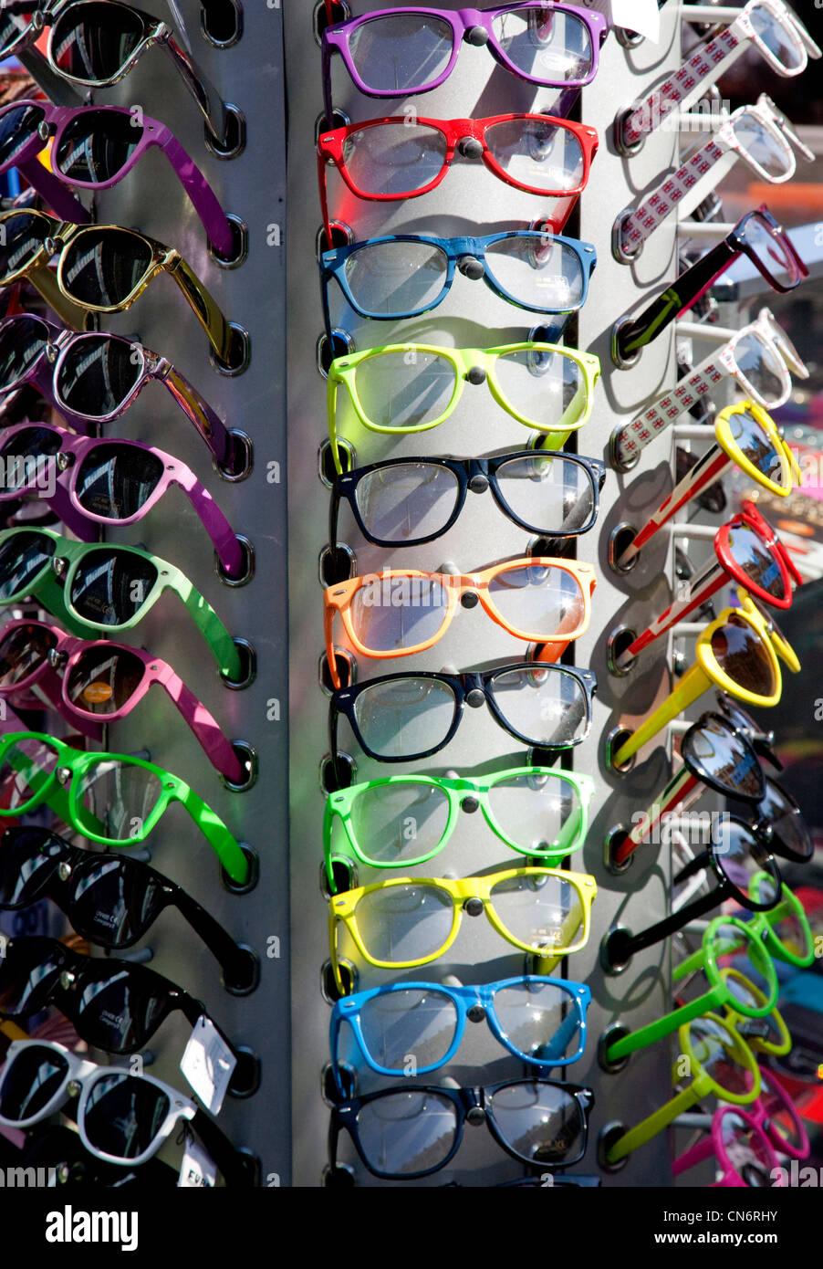 Preiswerte Mode Sonnenbrillen in London Shop erhältlich Stockbild