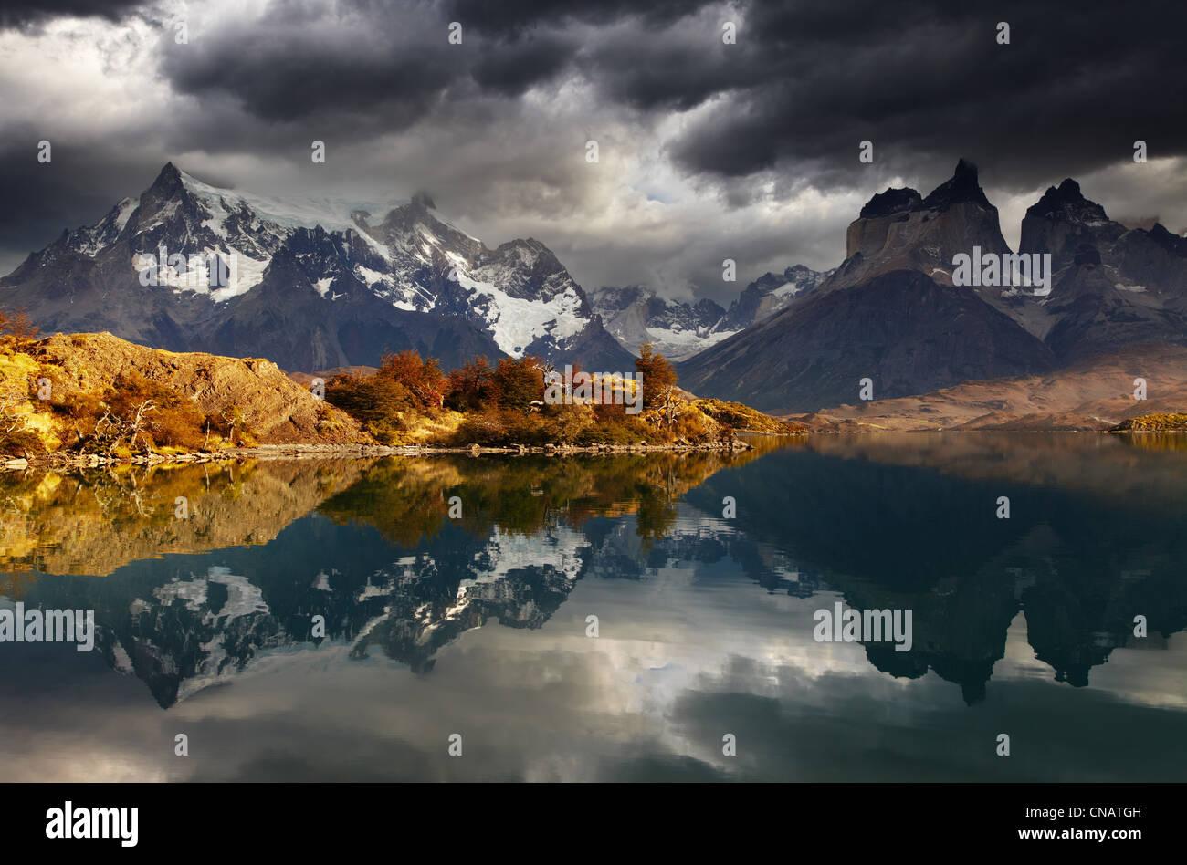 Sonnenaufgang in Torres del Paine Nationalpark, Lake Pehoe und Cuernos Bergen, Patagonien, Chile Stockbild