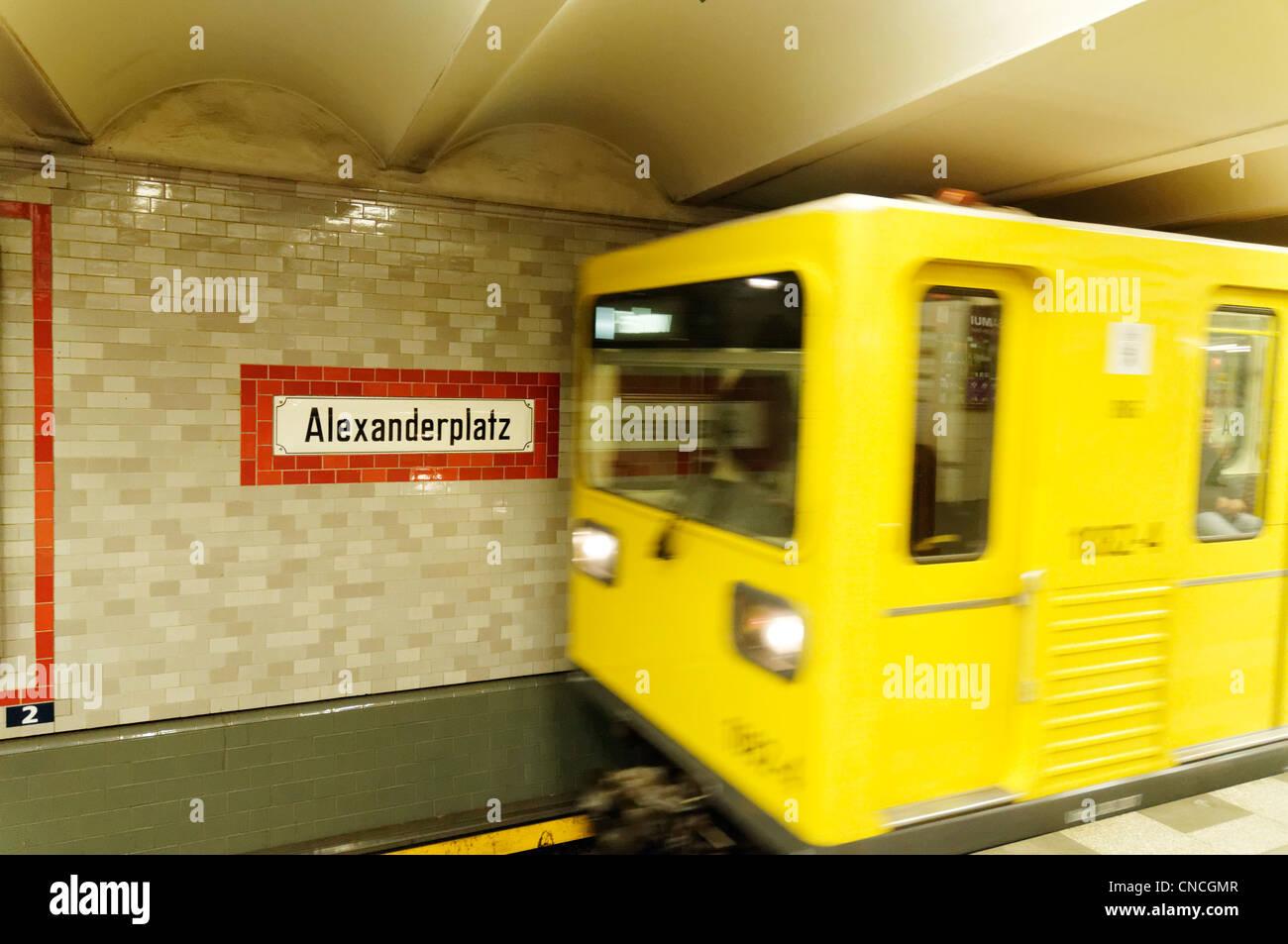 Ein u-Bahn-Zug Ankunft am Alexanderplatz, Berlin Stockbild