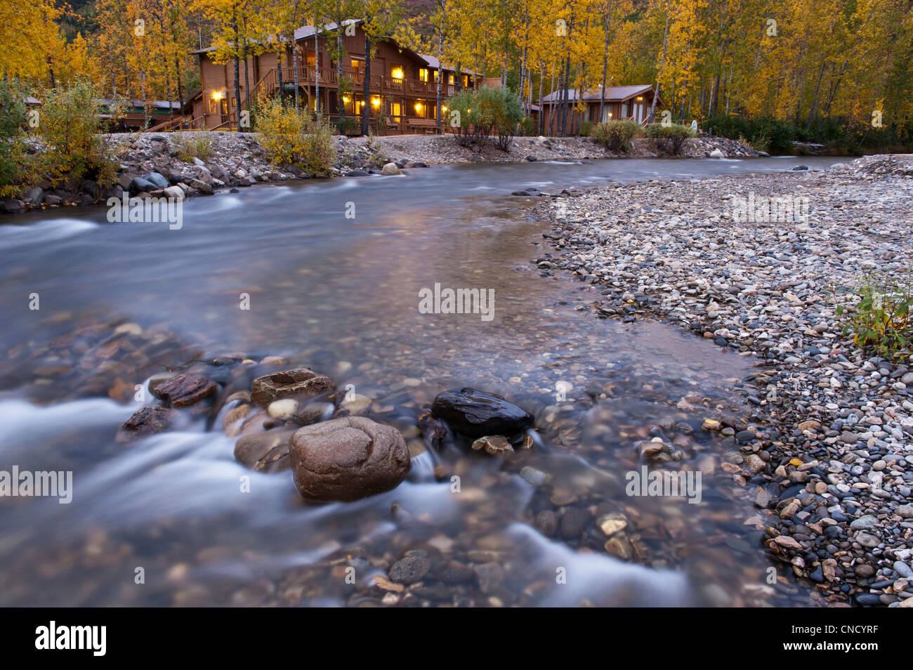 Die Denali Backcountry Lodge liegt neben einem Bach in Kantishna im Denali Nationalpark & Preserve, innen Alaska, Stockbild
