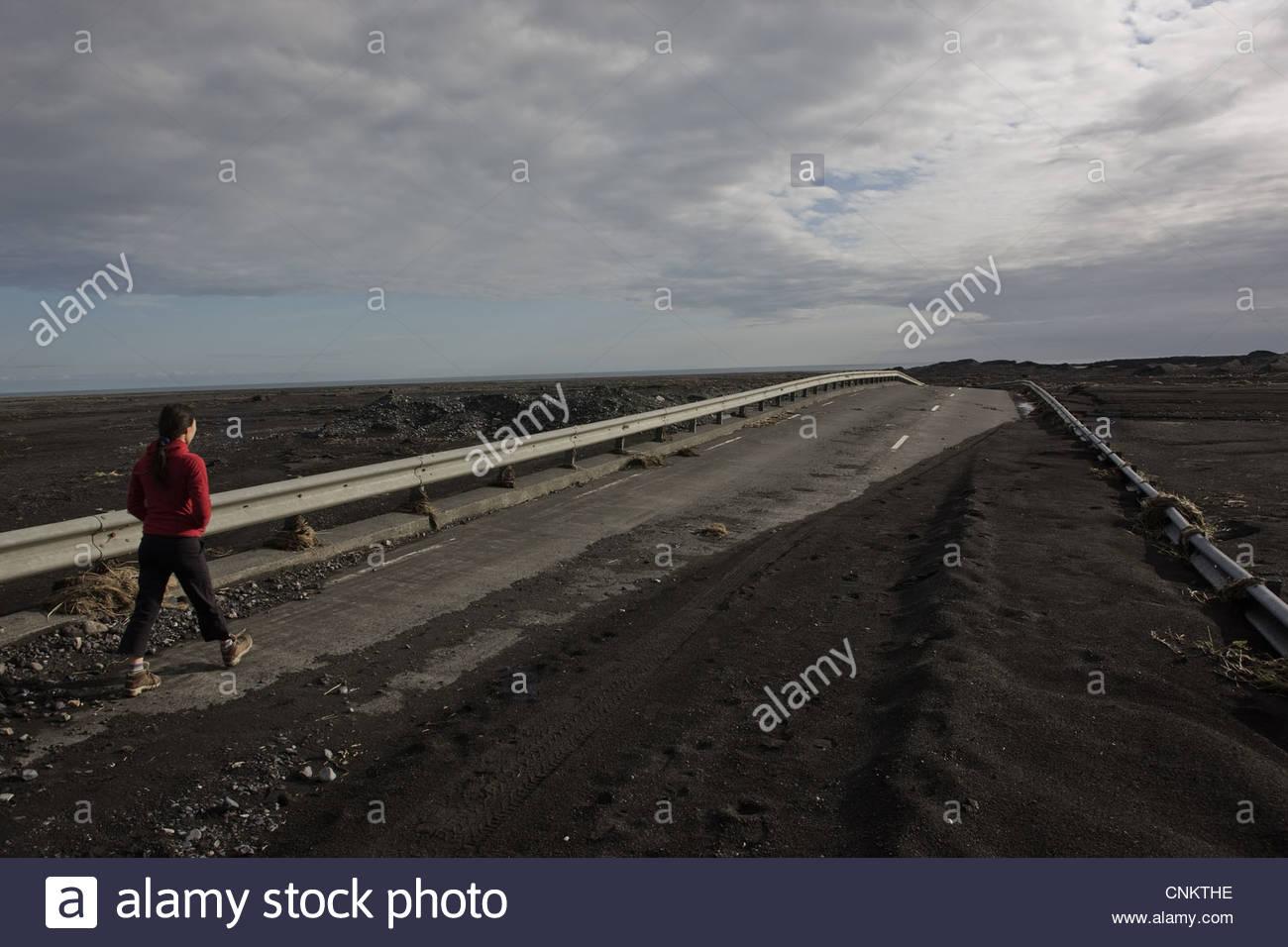 Frau zu Fuß auf Landstraße Stockbild