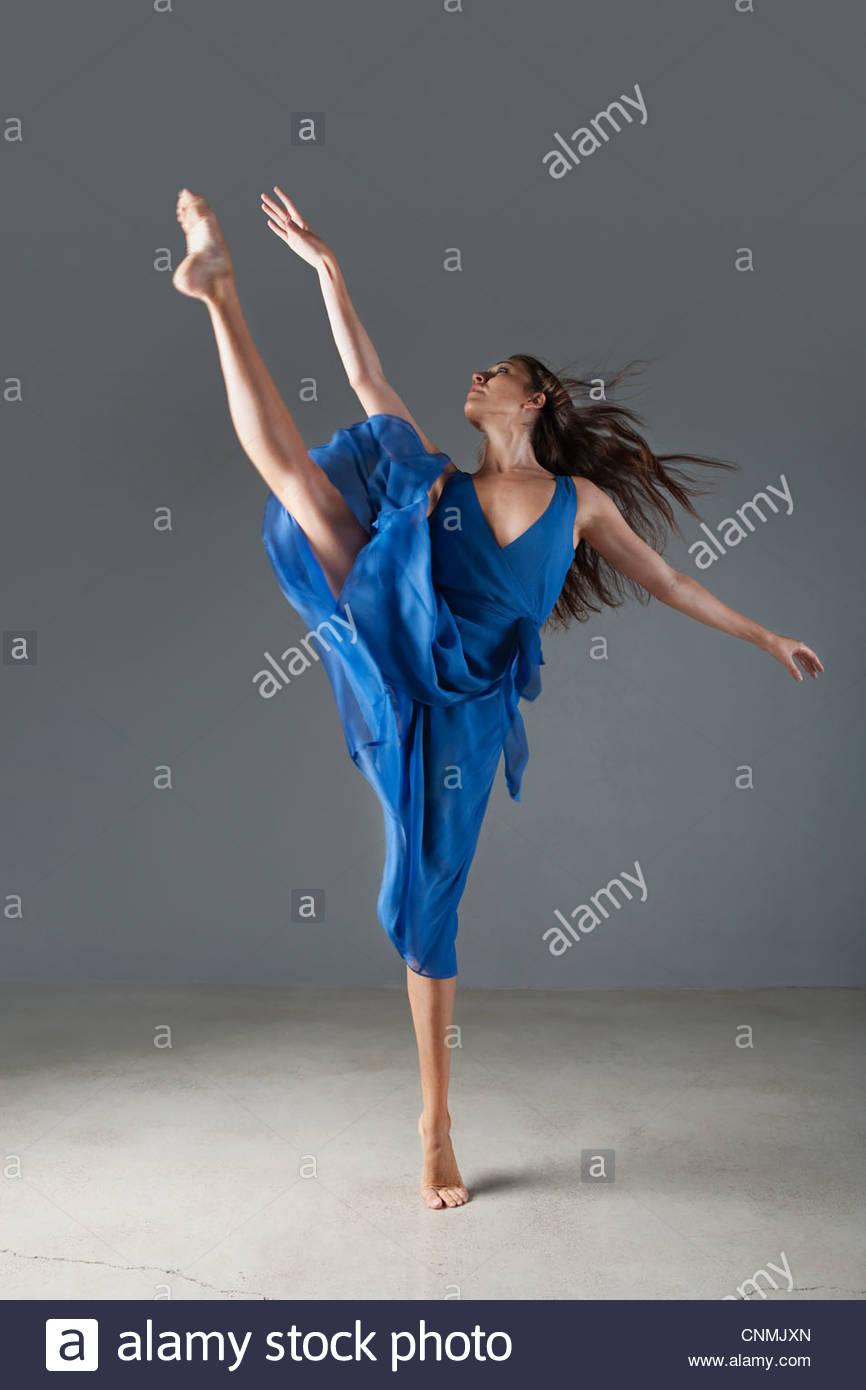 Tänzerin posiert in kunstvollen Kleid Stockbild