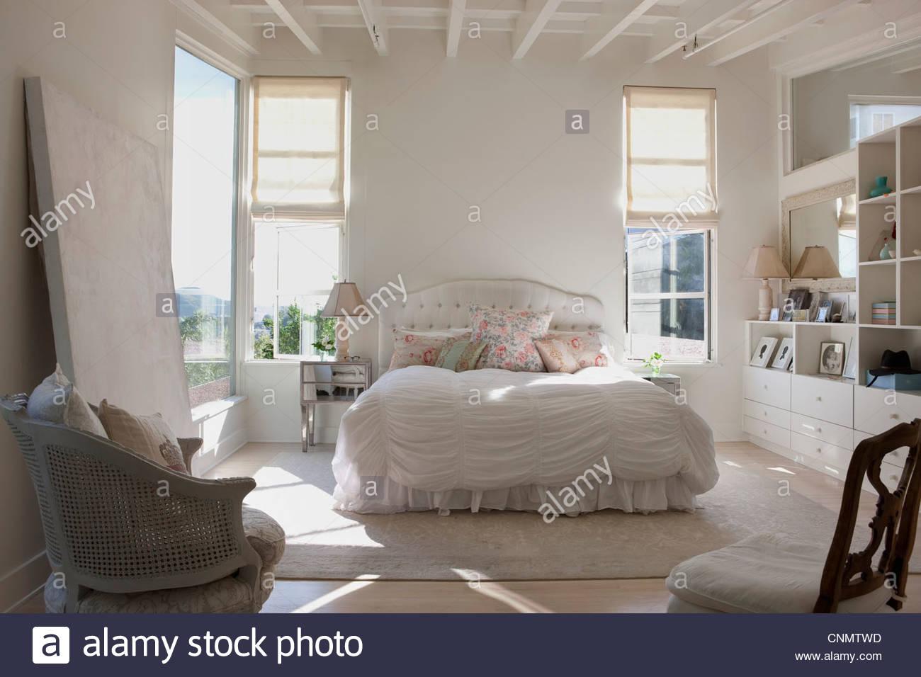 Stühle und in kunstvollen Schlafzimmer Stockbild