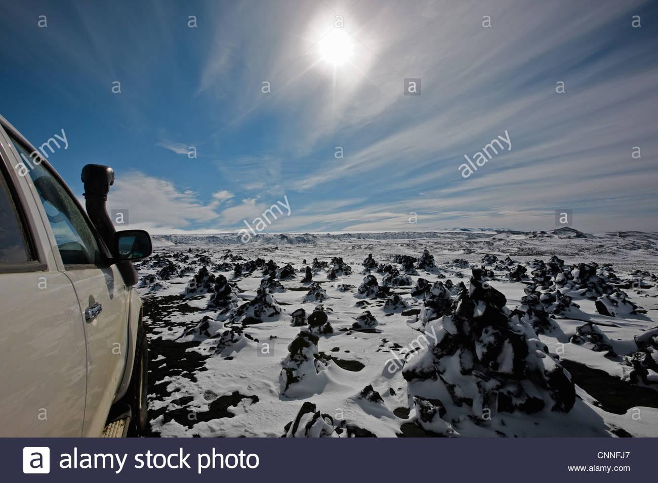 Auto geparkt auf verschneiten ländlichen Gelände Stockbild