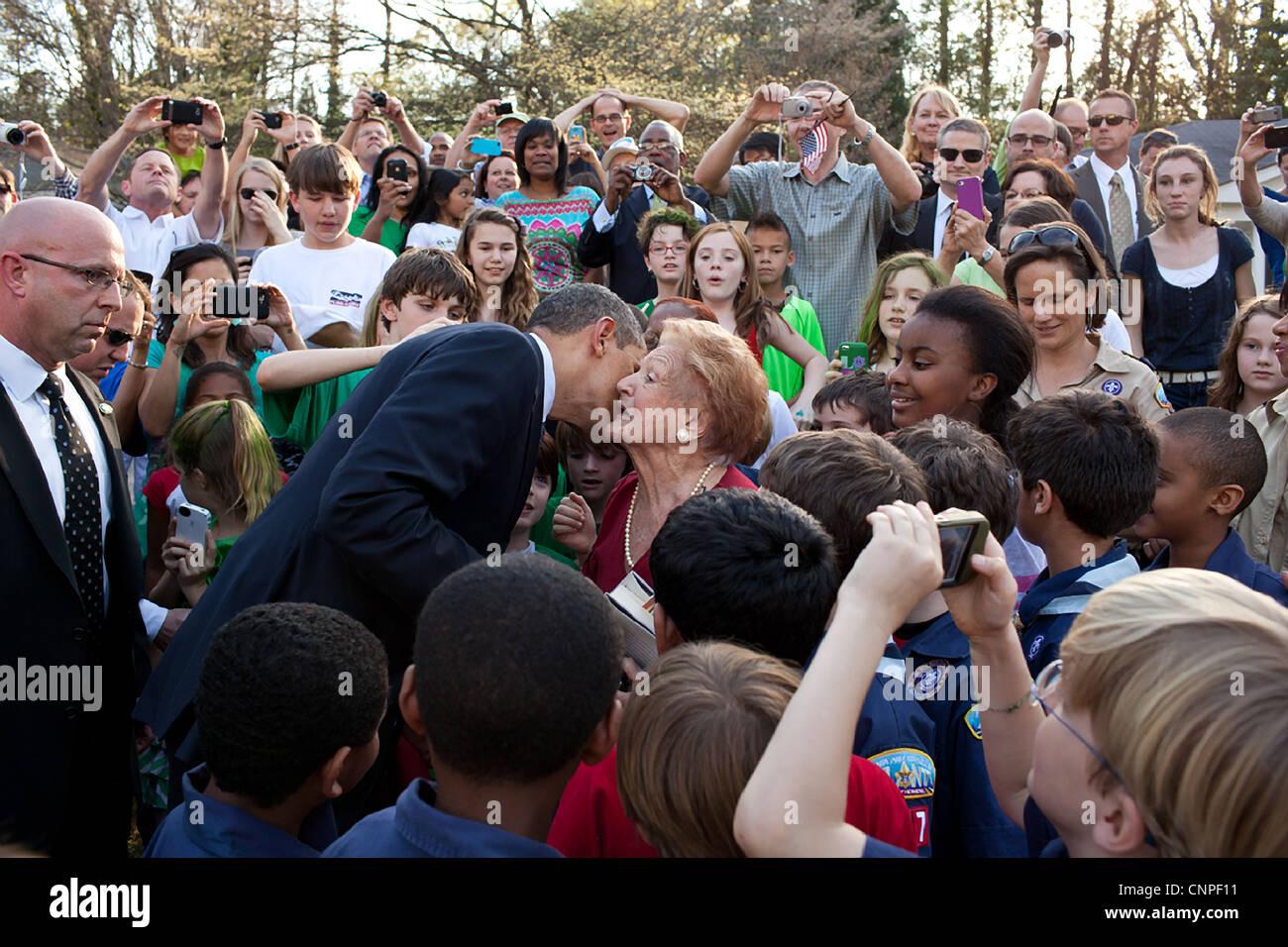 US-Präsident Barack Obama begrüßt Nachbarn und Unterstützer bei einem Besuch in einer Nachbarschaft Stockbild