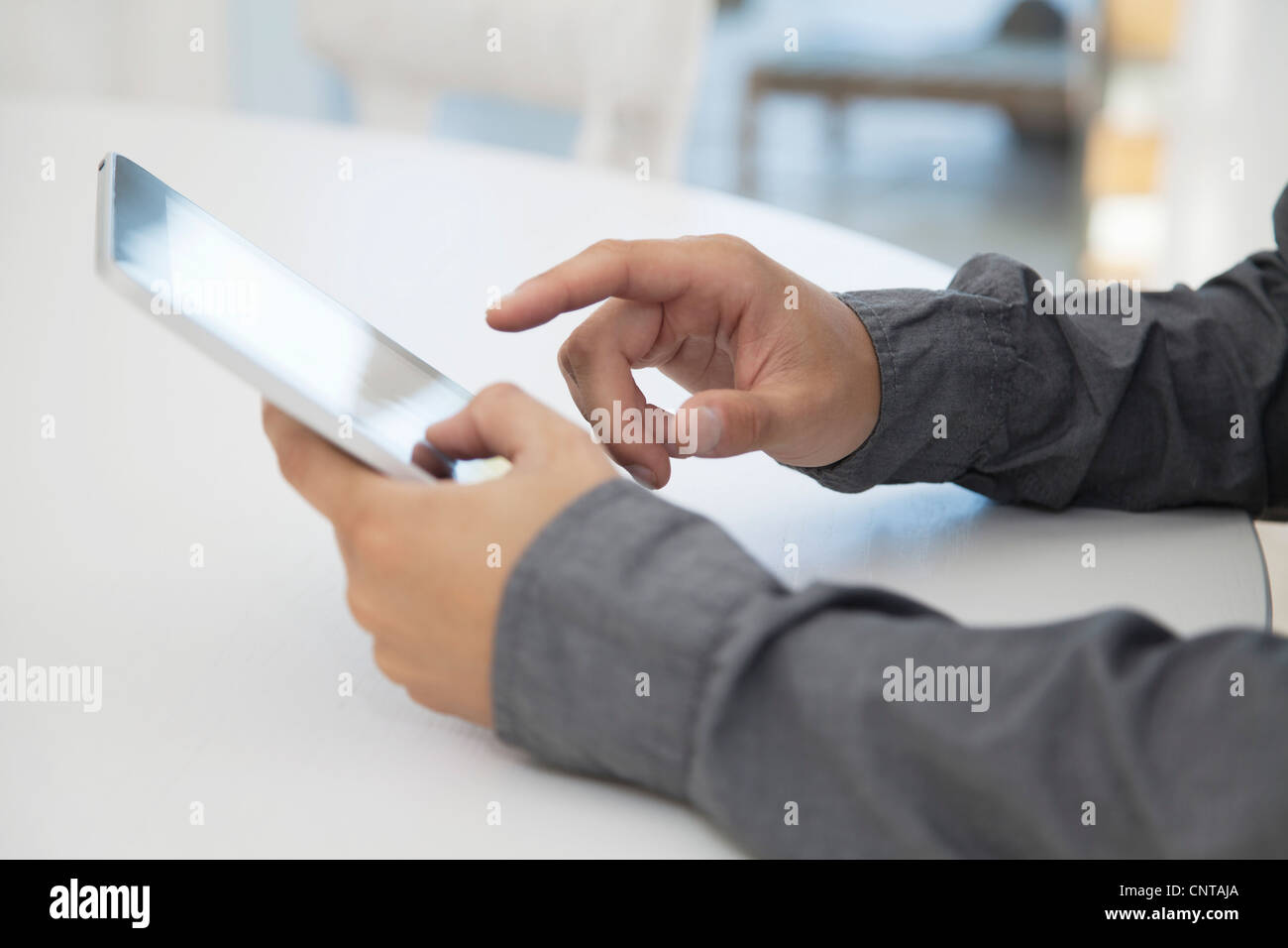 Mann mit digital-Tablette, beschnitten Stockbild
