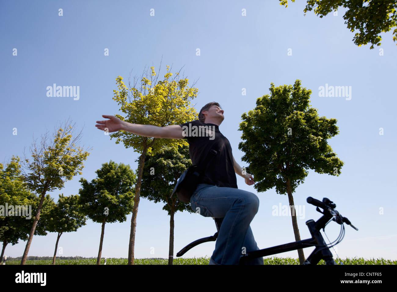 Mann Reiten Fahrrad ohne Hände Stockbild